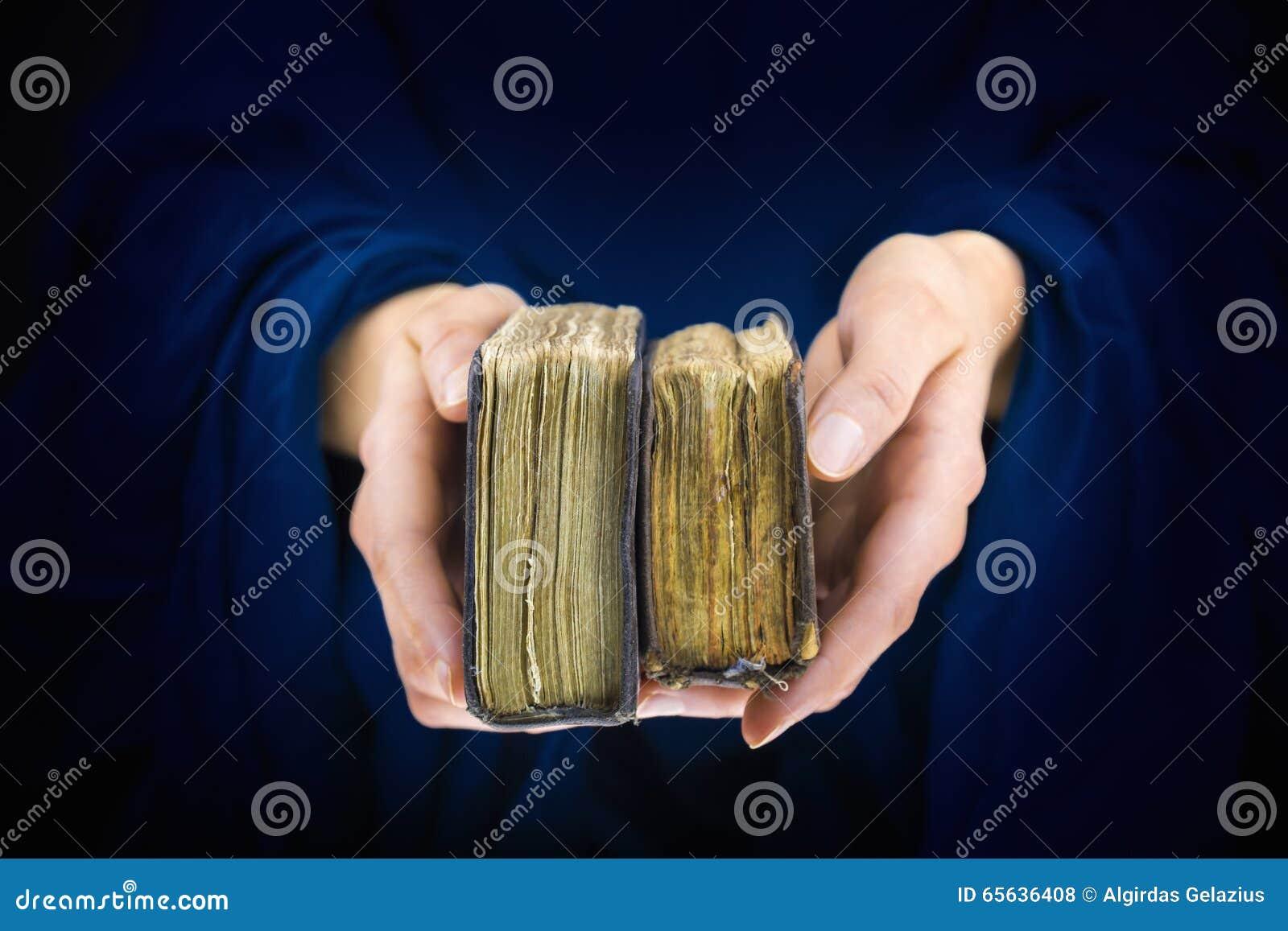 Les mains de la femme donnant deux vieux livres