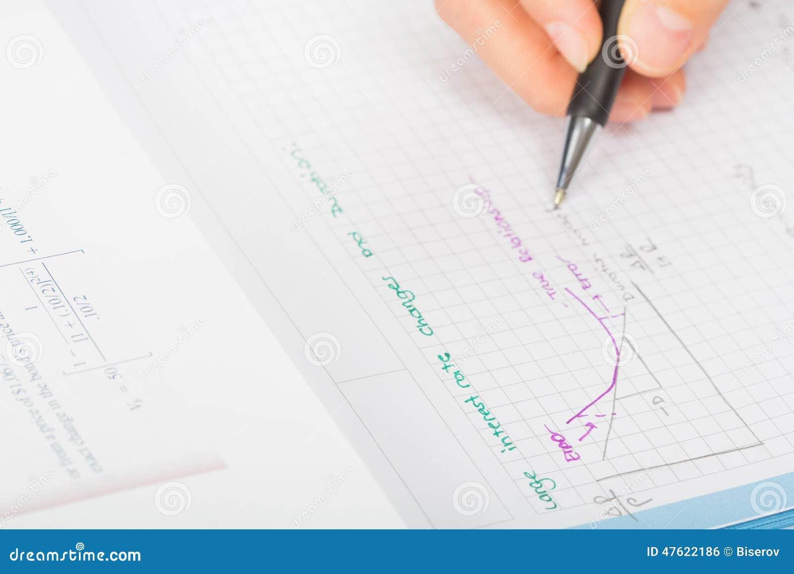 Les mains de la femme un stylo, comptabilité de relevé de compte financier