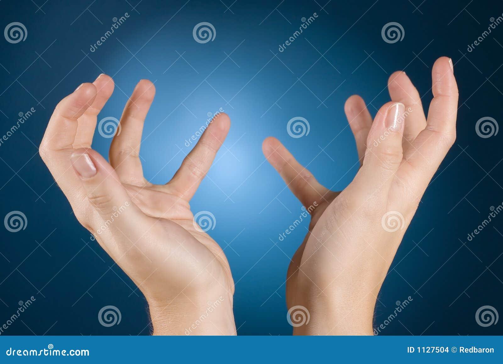 Les mains demandent la pitié