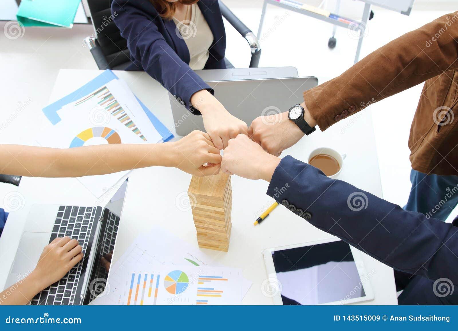 Les mains des gens d affaires donnant le poing se cognent ensemble à s occuper complet de salutation du bureau Concept de succès