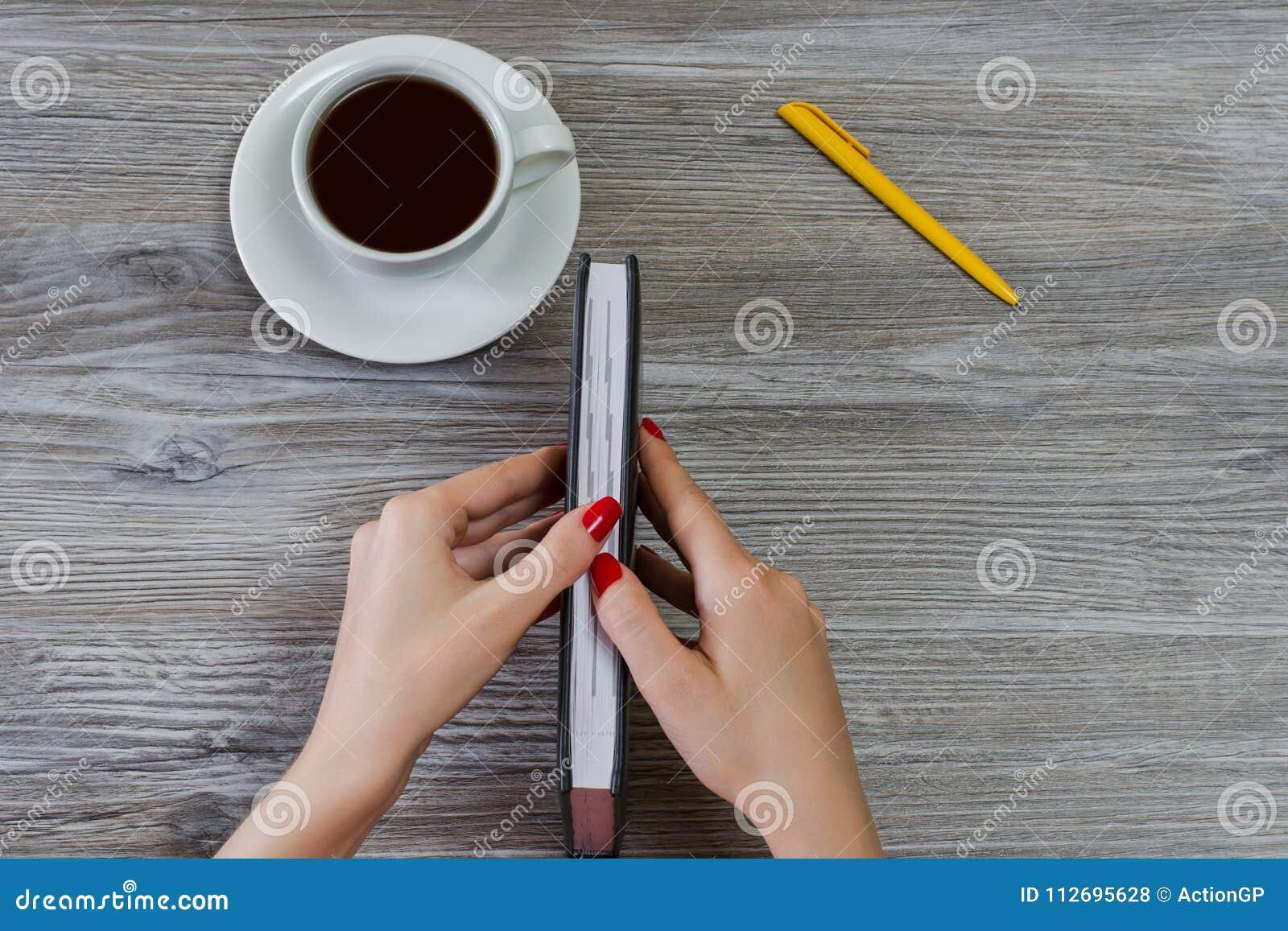 Femme Livre Ouvert S Essayent Tasse De Fermé ` Du Les Au Mains OlkwTXZuPi