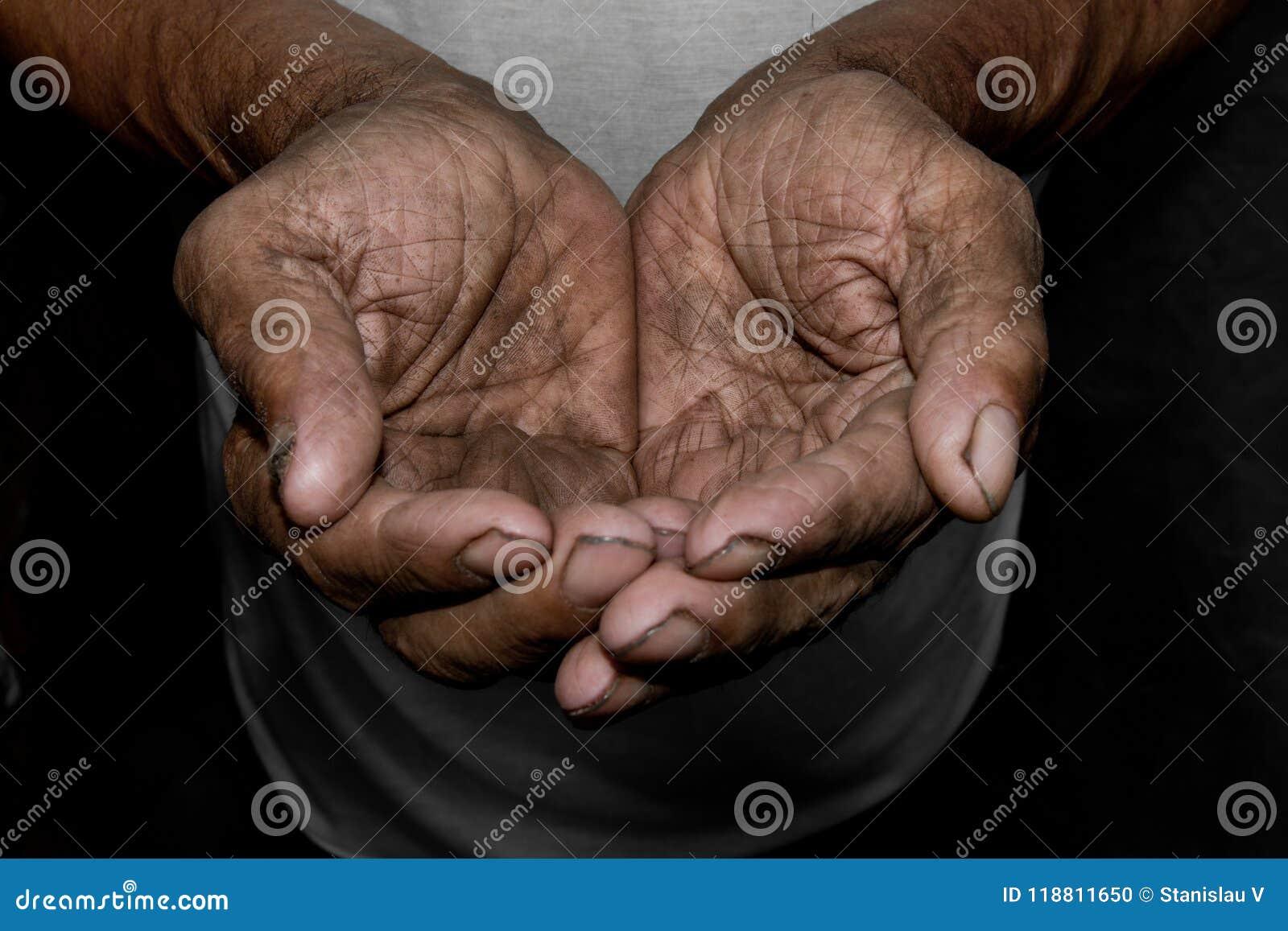 Les mains pauvres du ` s de vieil homme vous prient pour l aide Le concept de la faim ou de la pauvreté Foyer sélectif