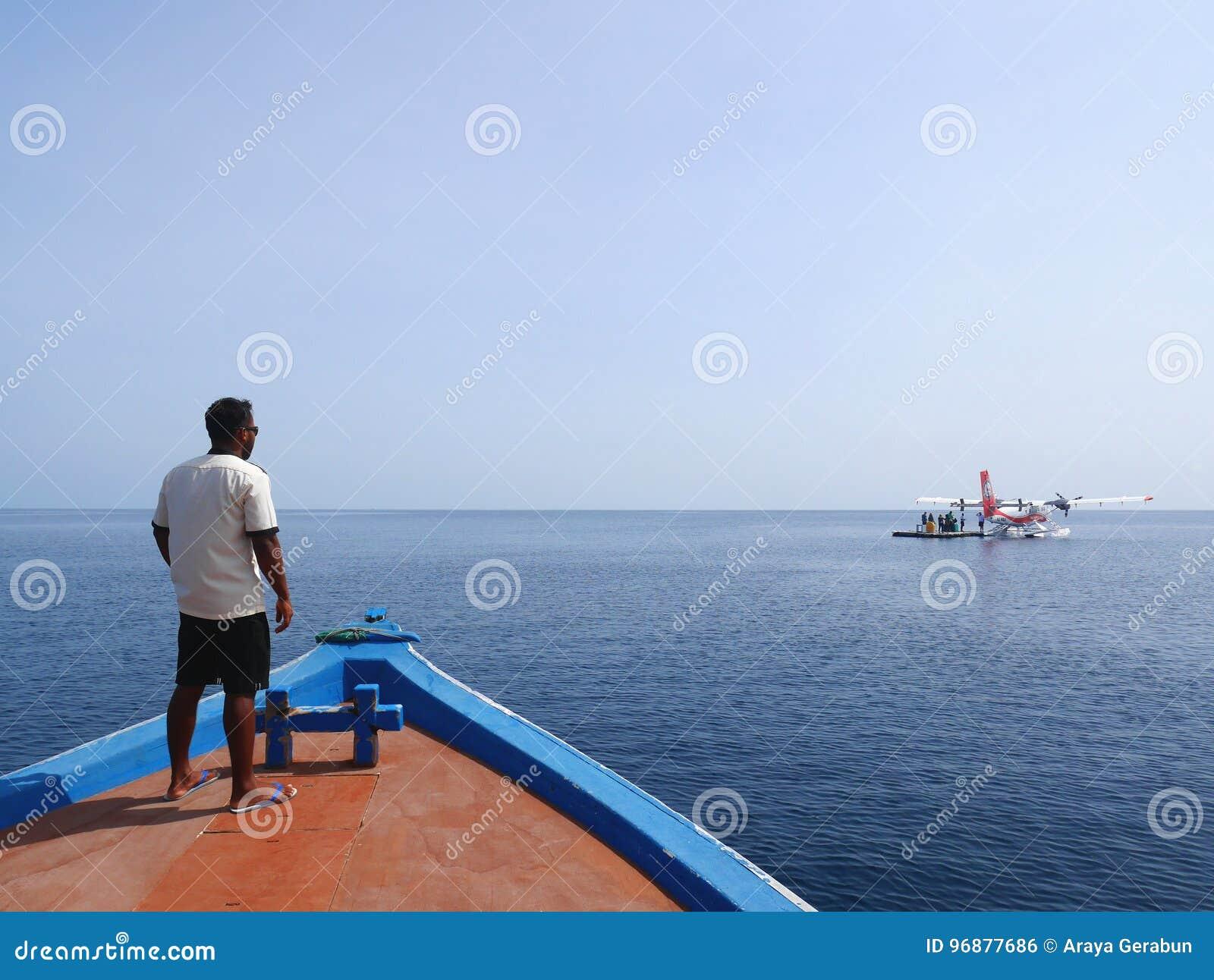 LES MALDIVES - 17 JUILLET 2017 : Île-hôtel d Angaga et personnel du ` s de station thermale aboarding un bateau de station de vac