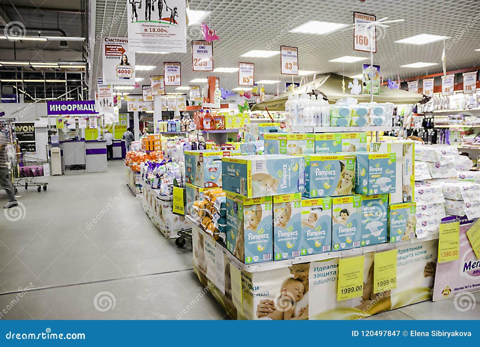 Les marchandises sont sur l étagère dans un grand supermarché