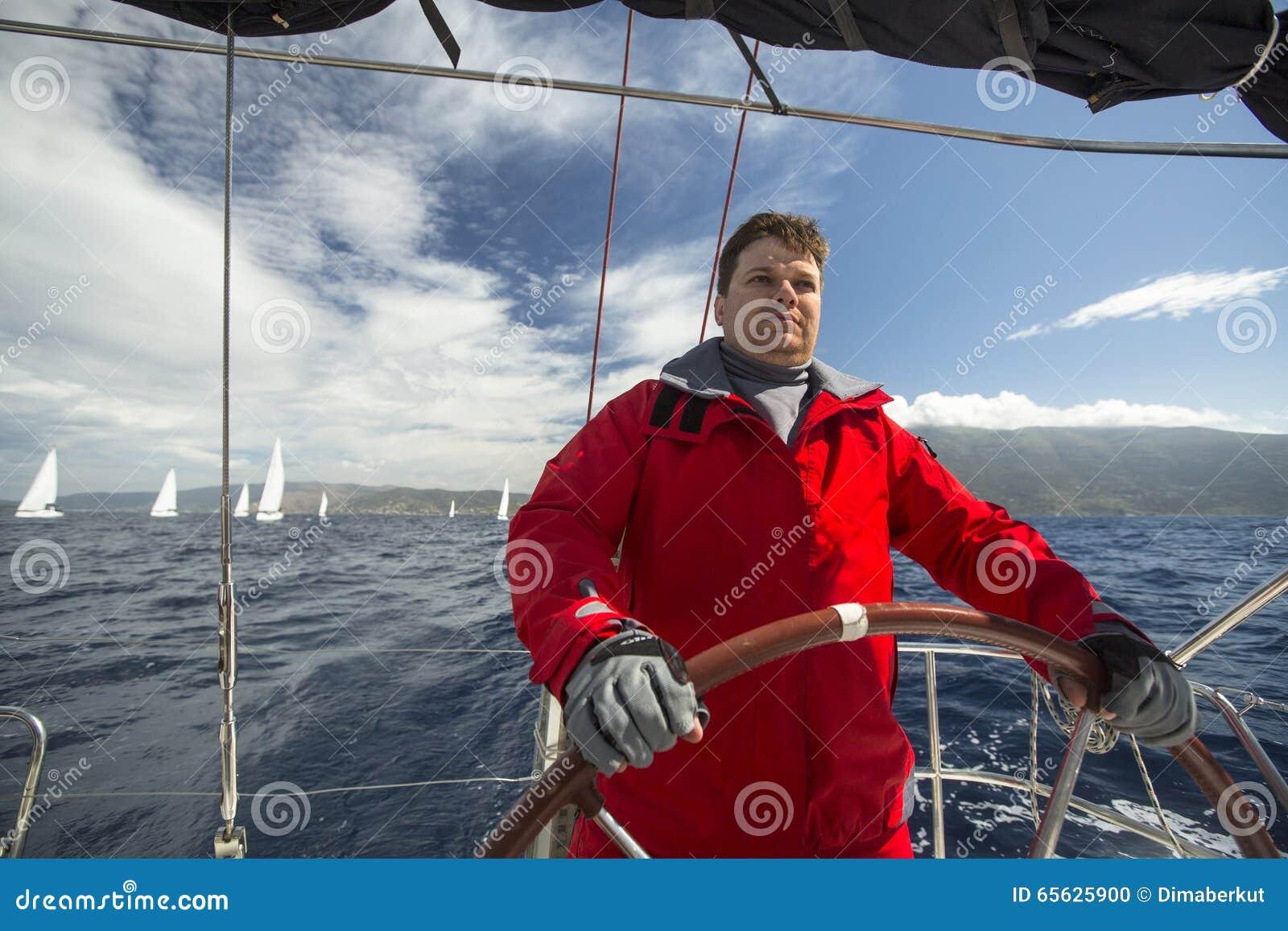 Les marins participent à la régate le 11ème Ellada de navigation