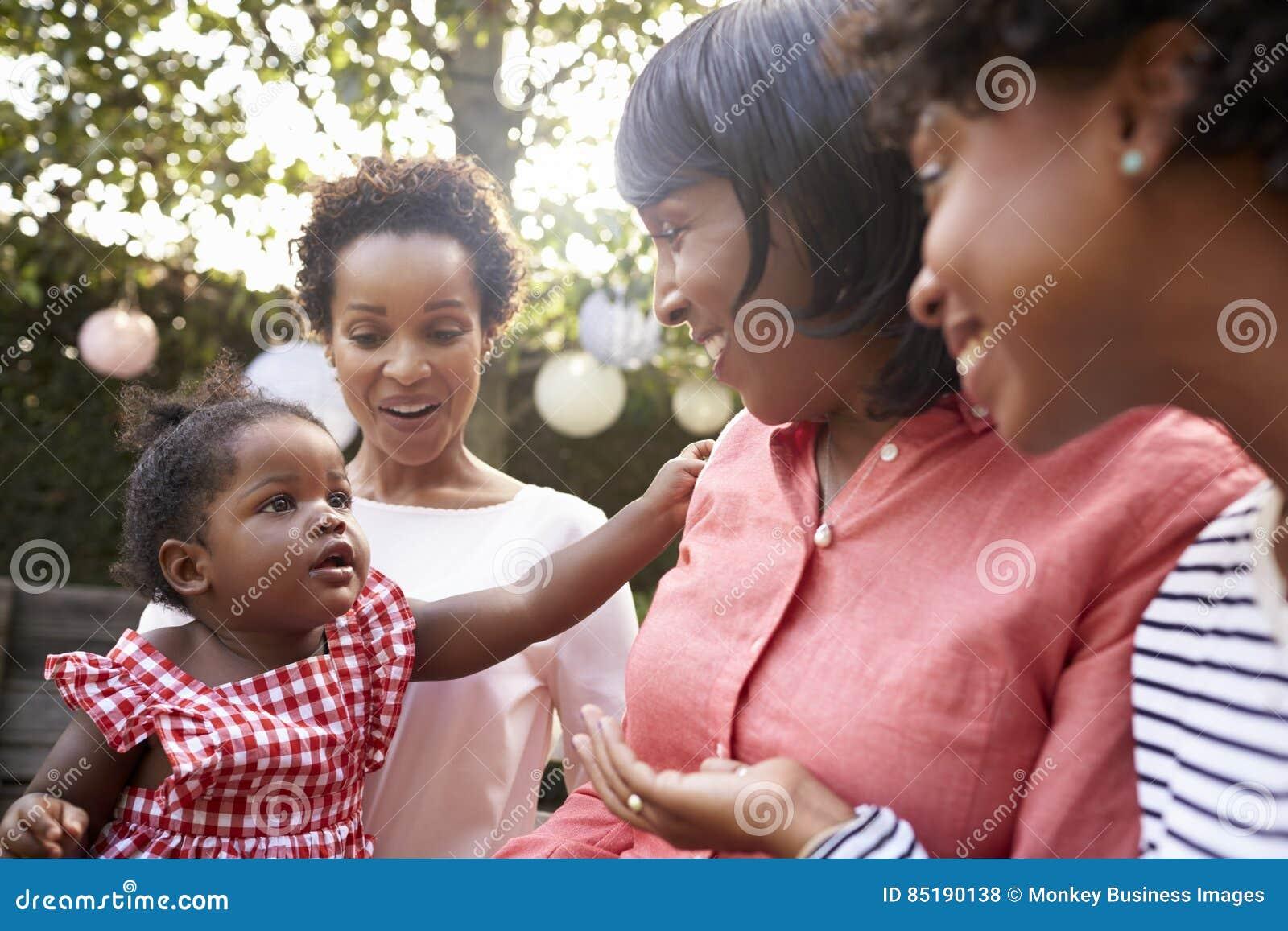 Les membres de la famille féminins de génération multi se sont réunis dans un jardin