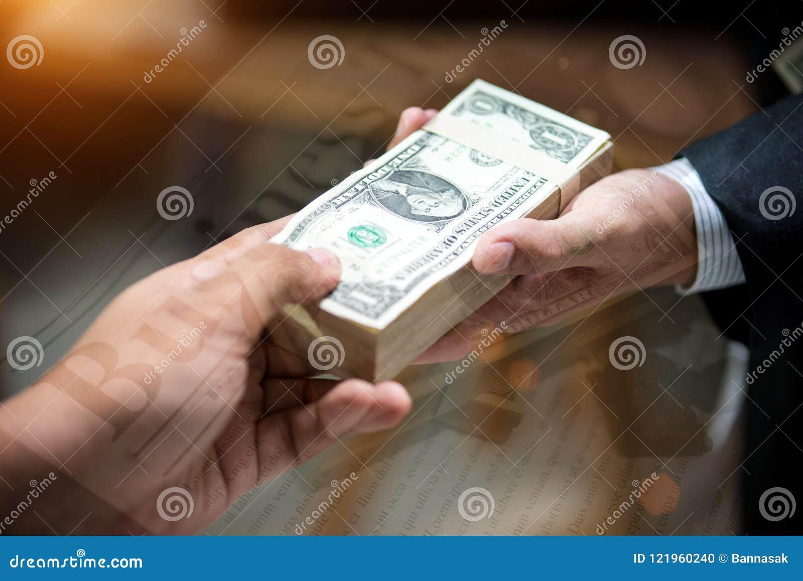 Les menottes est sur le clavier et l argent d ordinateur portable pour la corruption