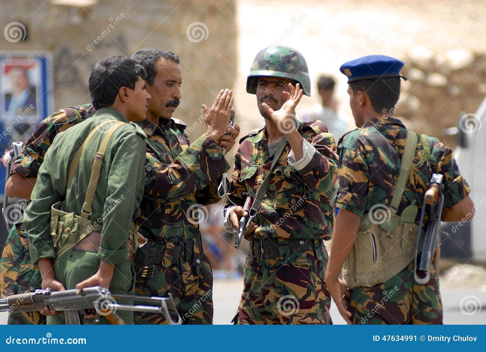Les militaires yéménites parlent au point de contrôle de sécurité, vallée de Hadramaut, Yémen