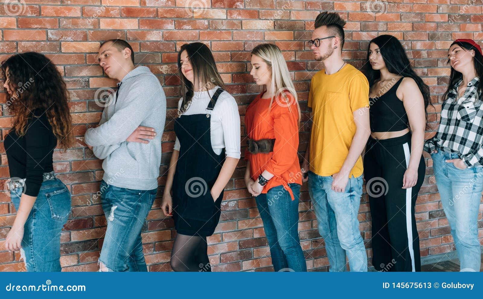 Les millennials de attente fatigués alignent la patience en avant