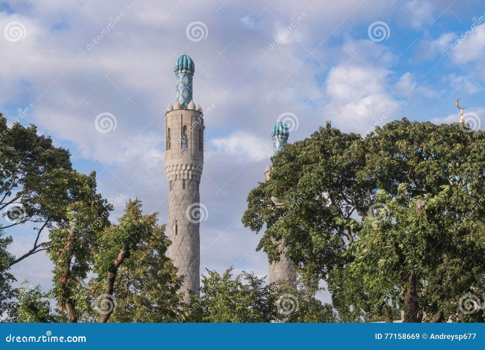 Les minarets de la mosquée parmi les arbres