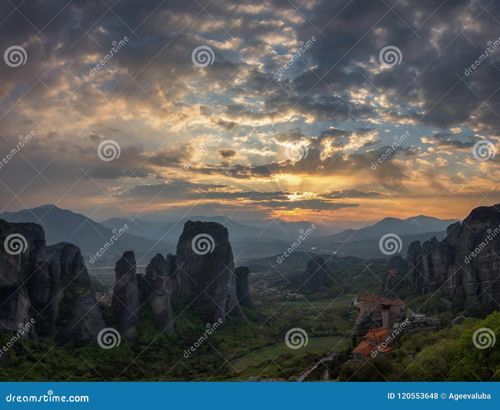 Les monastères de Meteora au coucher du soleil