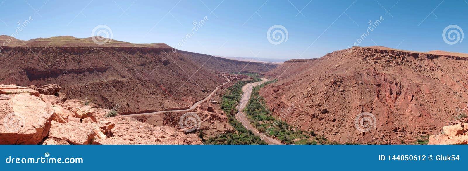 Les montagnes d atlas au Maroc, composé de roches rouges et de règlement des Berbers en gorge