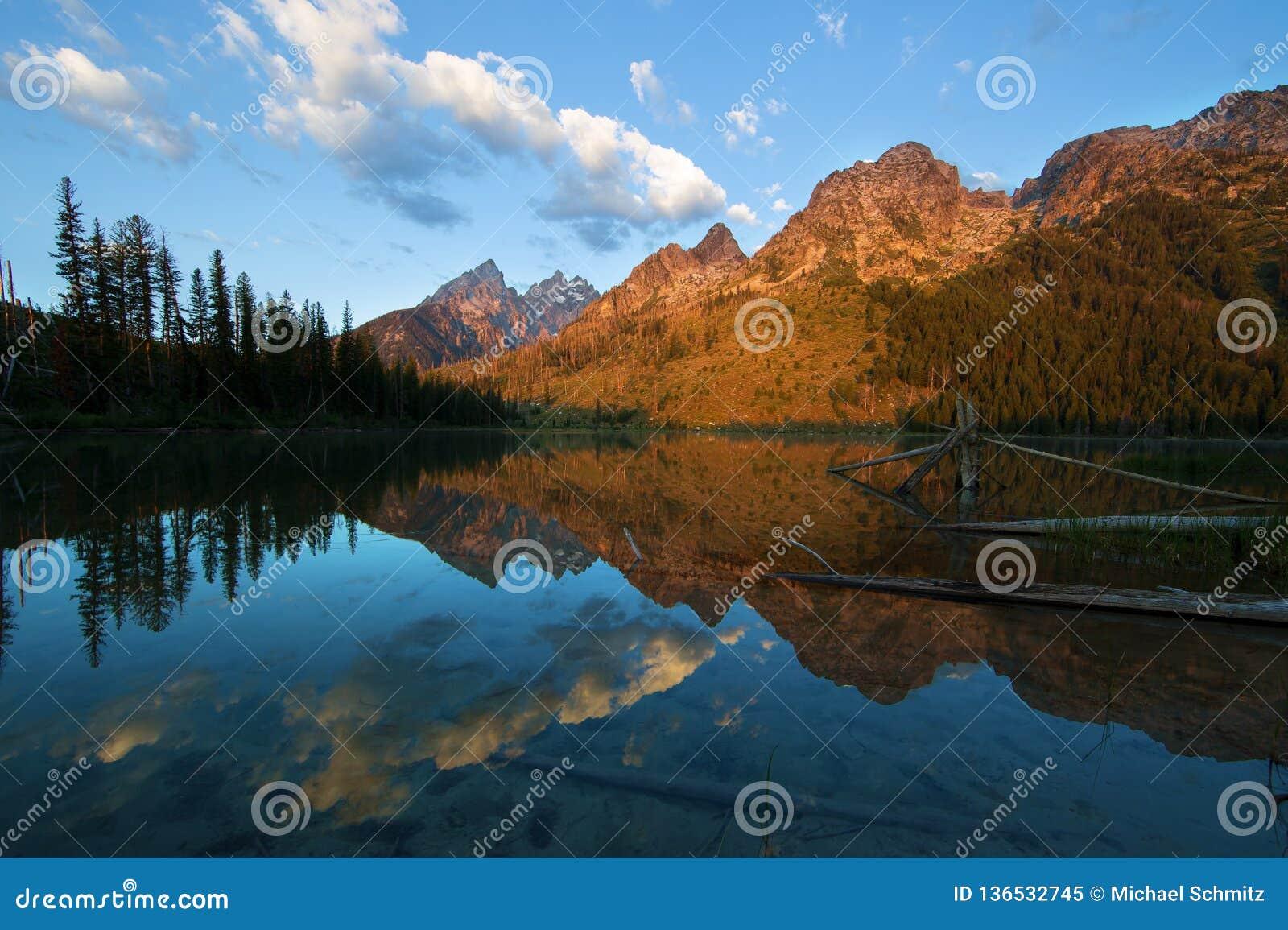 Les montagnes de Teton de début de la matinée ont réfléchi sur le lac string en parc national grand de Teton
