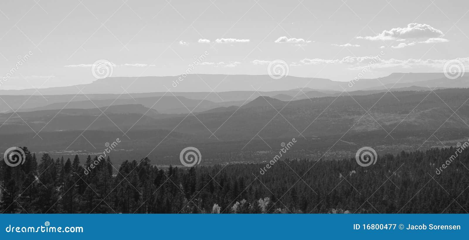 Les montagnes disparaissent dans la distance