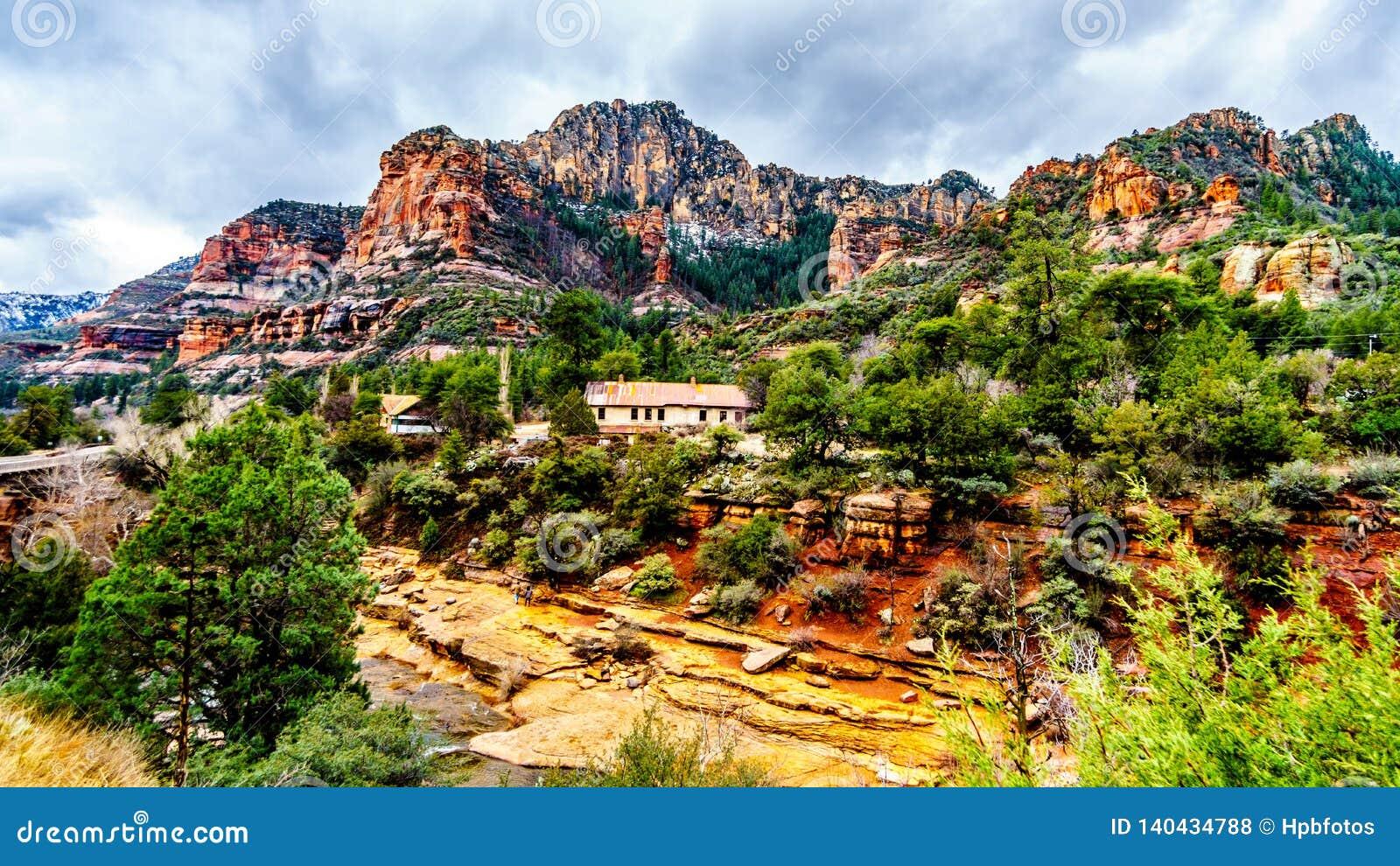 Les montagnes et le canyon colorés de grès découpés par Oak Creek au parc d état célèbre de roche de glissière le long de l Arizo