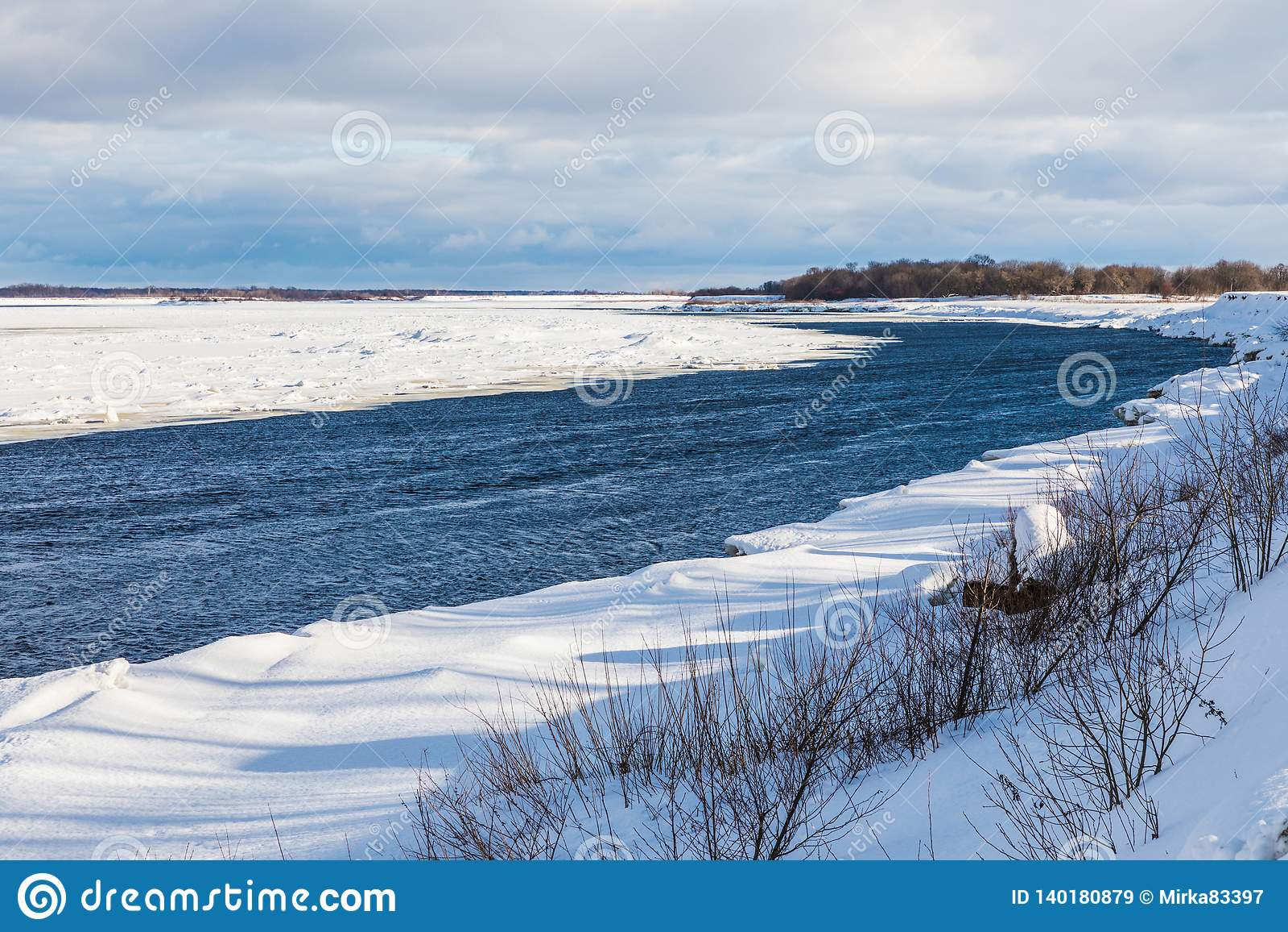 Les monticules et les banquises sur la rivière d hiver