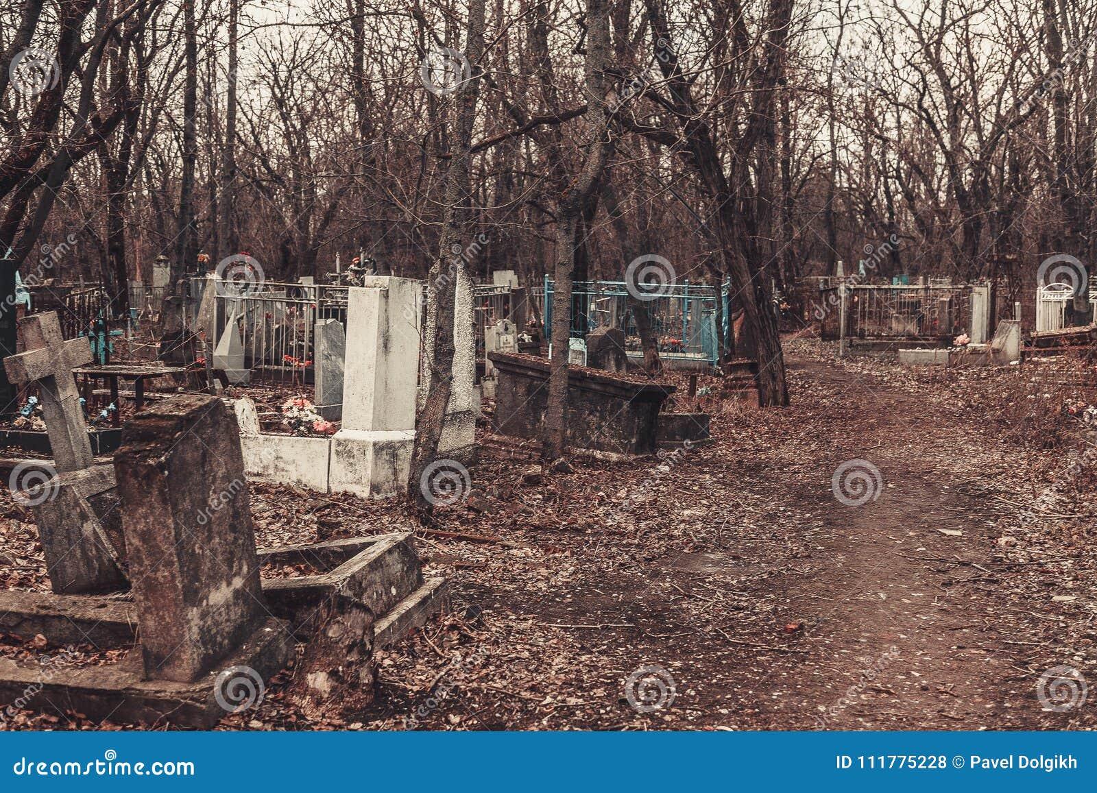 Les monuments antiques de pierres tombales de cimetière des spiritueux de fantôme de mystère de mysticisme d anges apportent la m
