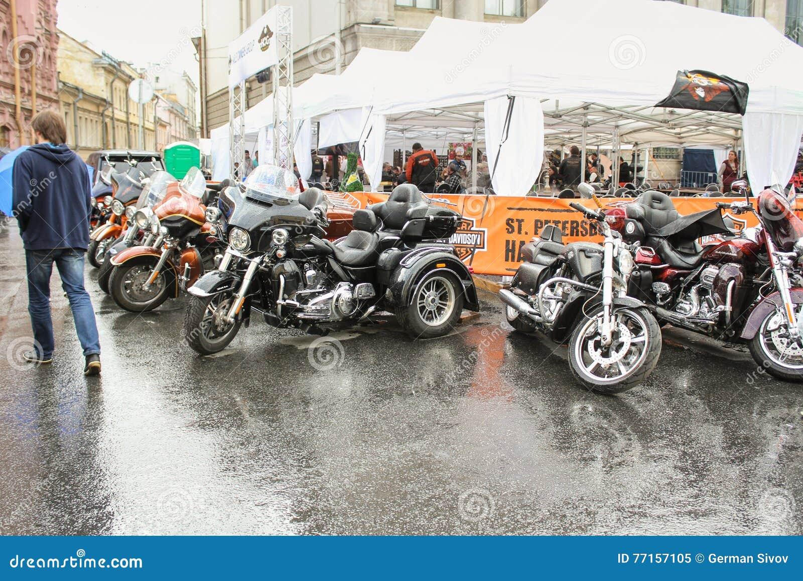 Les motos sur le coin du café s ouvrent