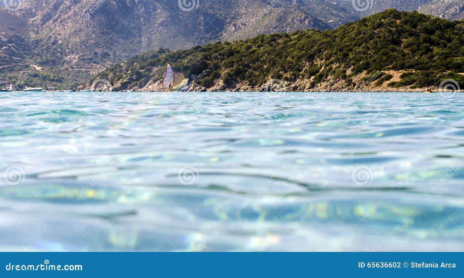 Les mountainos naturels aménagent en parc vu de la mer bleue avec des vents