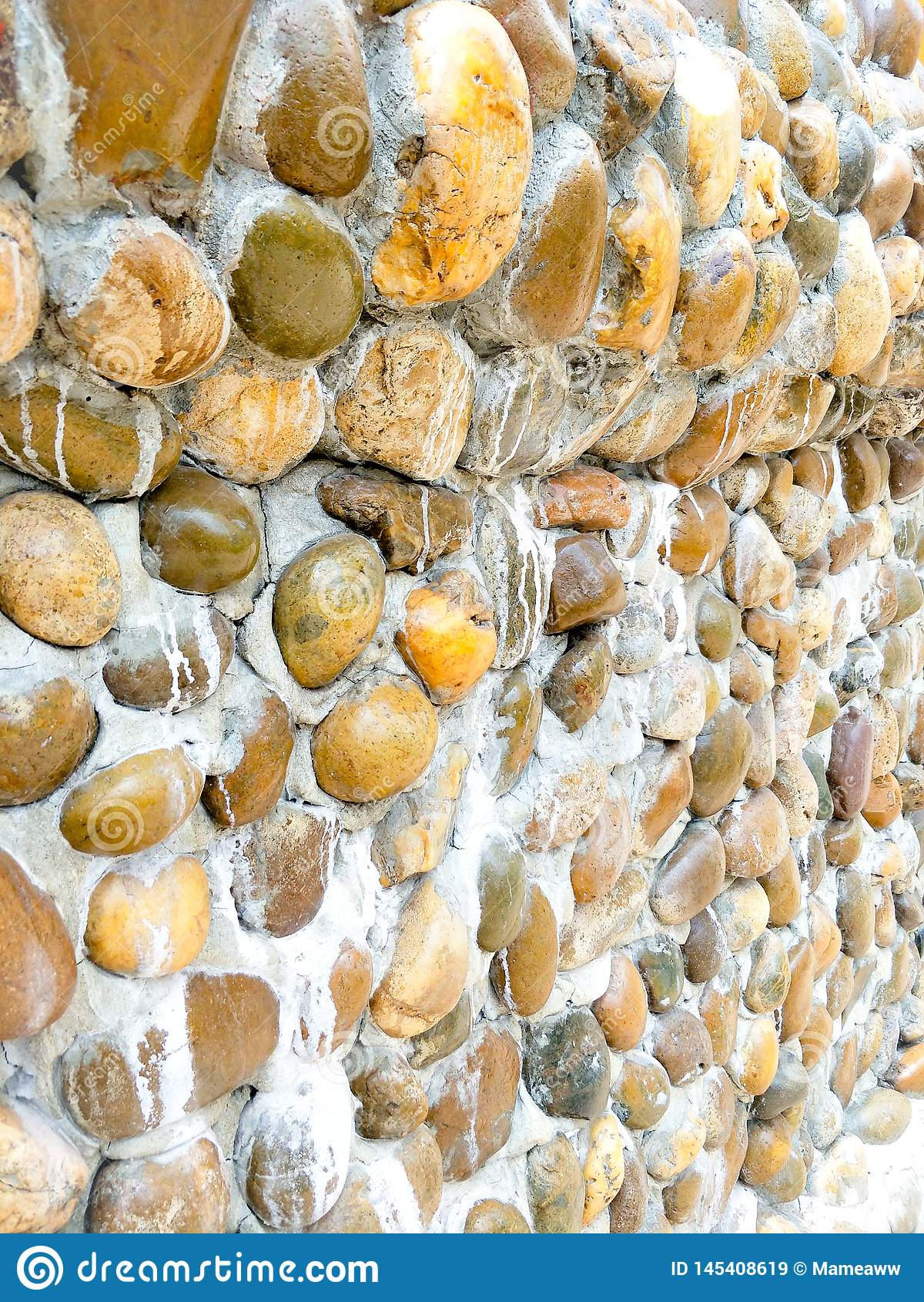 Les murs en pierre emploient des pierres et apportent le mortier avant