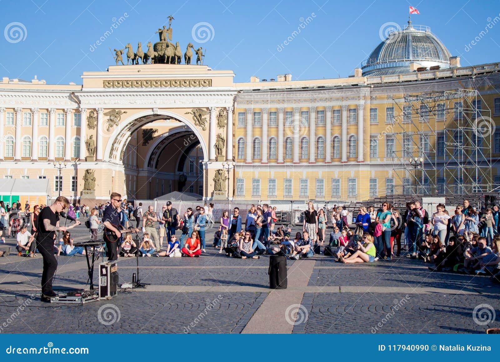 Les musiciens de rue exécutent pour des touristes et des astuces sur la PA de centre de la ville