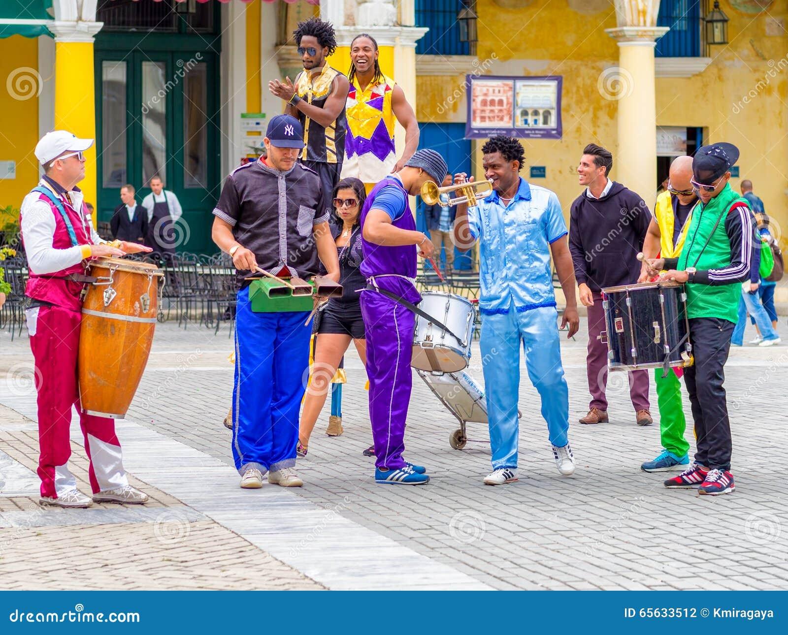 Les musiciens de rue sur belle vieille La Havane ajustent