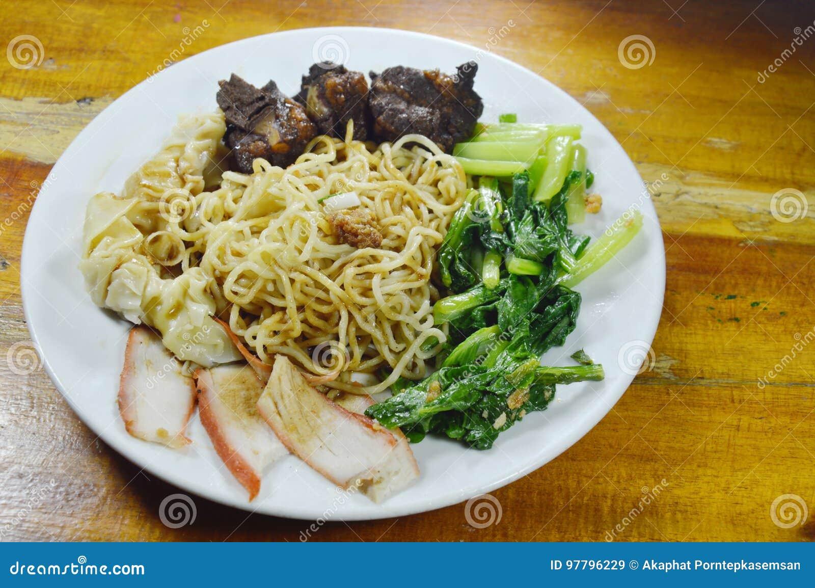 Les nouilles chinoises d oeufs complétant la tranche grillent tout entier le porc et l os braisé avec vider la sauce noire douce