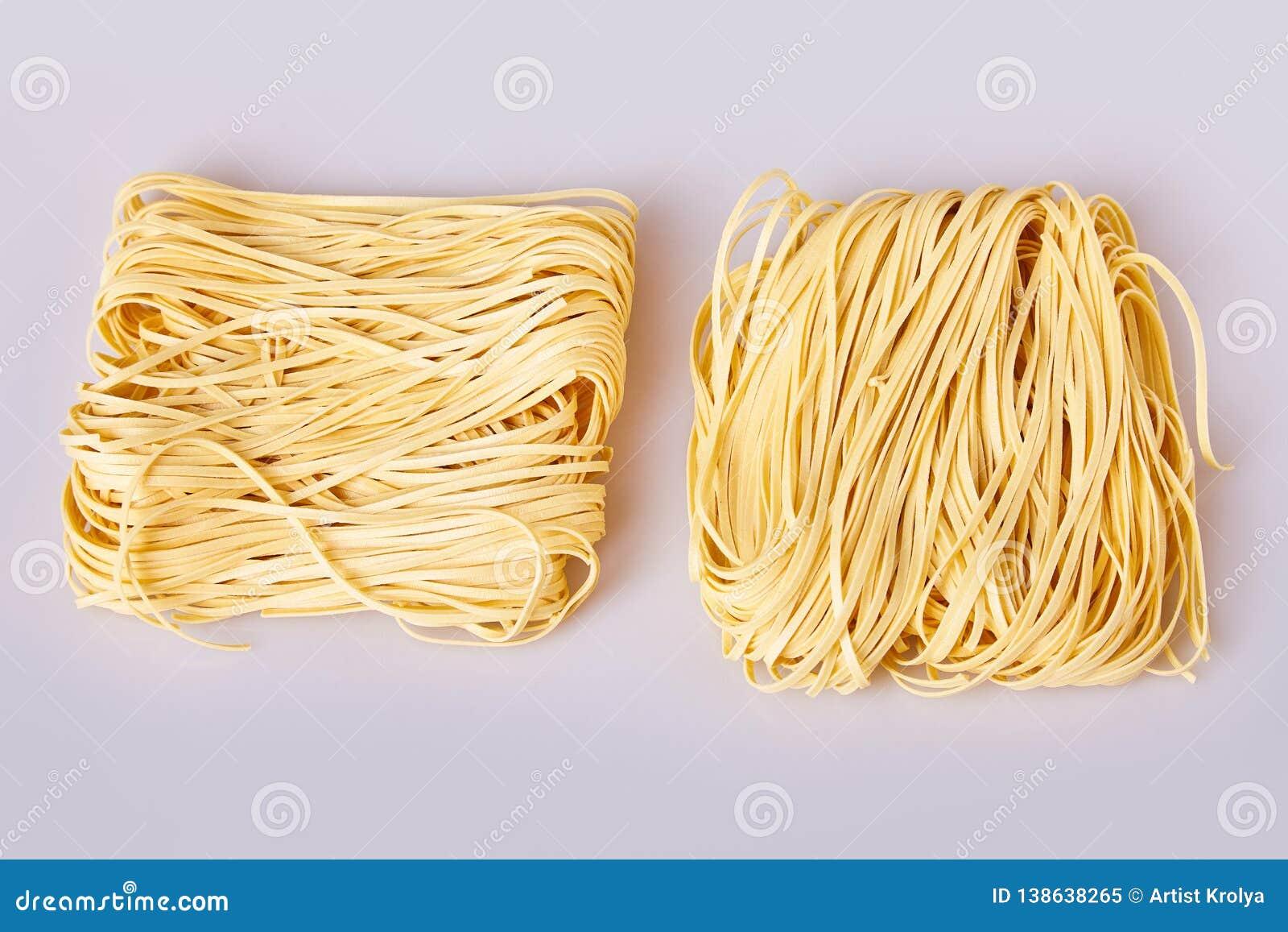 Les nouilles roulées minces sèches ajustent la forme Capelli D Angelo, les cheveux de l ange - pâtes