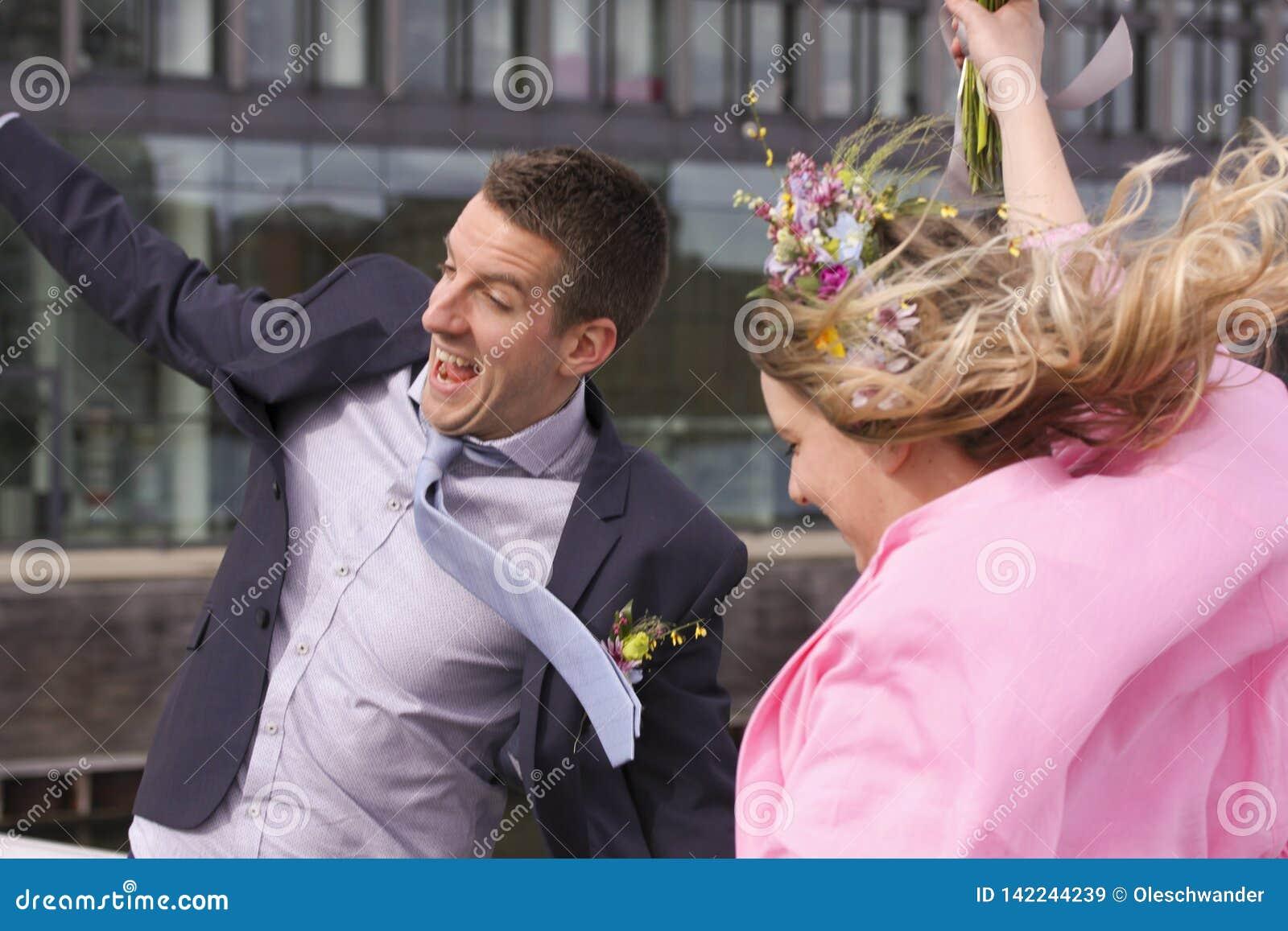 Les nouveaux mariés heureux ont juste marié épouser des couples de couples sautant et souriant de la joie