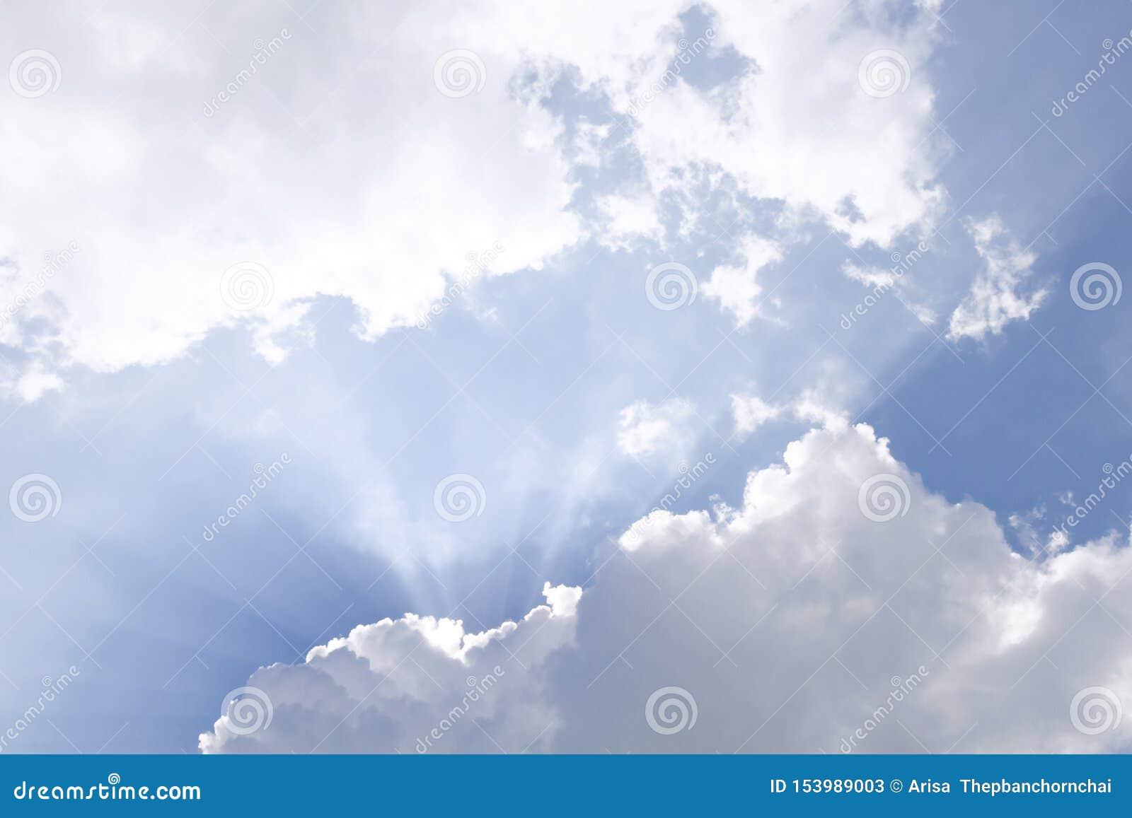 Les nuages et le soleil brille par des rayons de lumi?re dans le ciel pittoresque lumineux