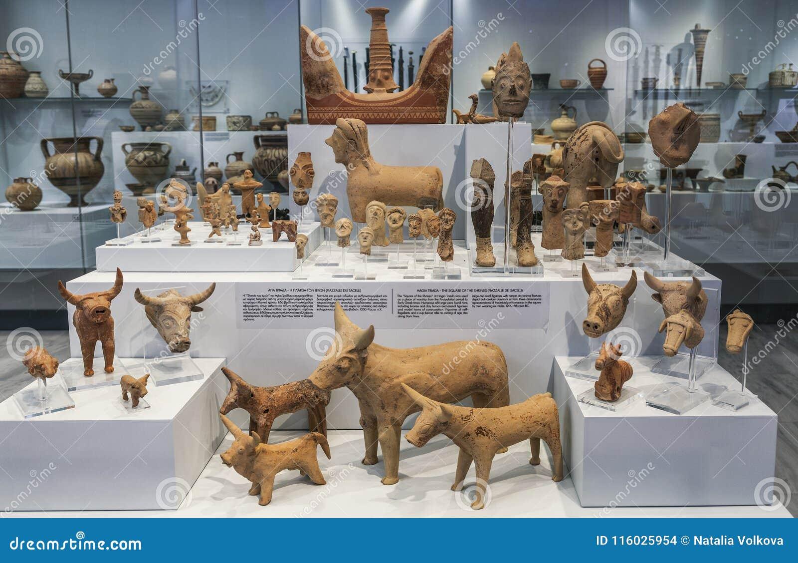 Les objets façonnés ont trouvé pendant les excavations archéologiques dans Agia Triada, un règlement de Minoan en Grèce dans les
