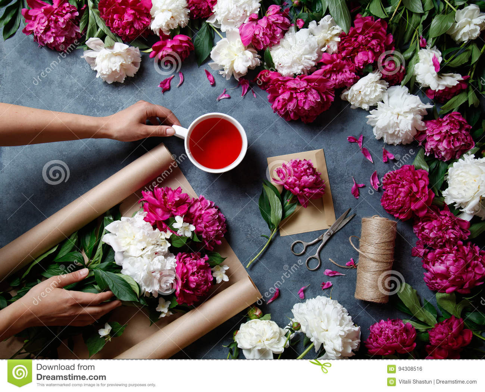 les outils et les fleuristes d 39 accessoires ont besoin pour composer un bouquet hors des pivoines. Black Bedroom Furniture Sets. Home Design Ideas