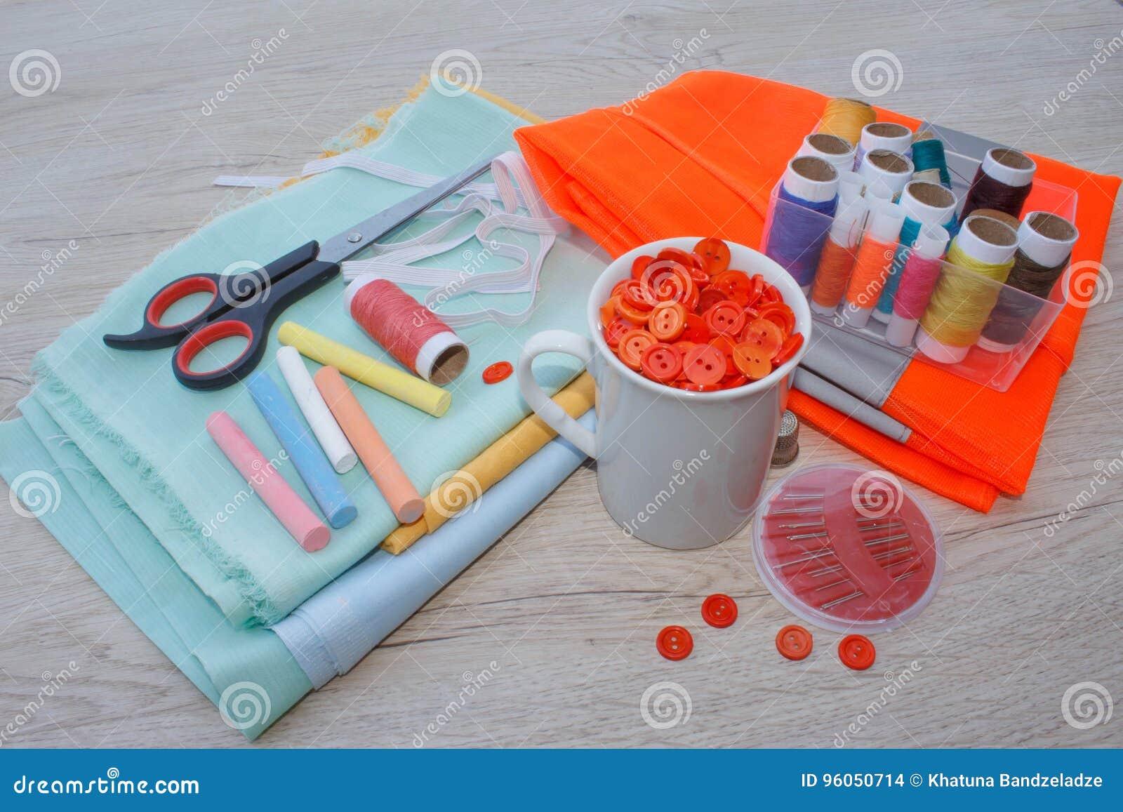 Les outils pour coudre pour le passe-temps ont placé sur la vue supérieure de fond en bois de table Fil, aiguilles, ciseaux et ti