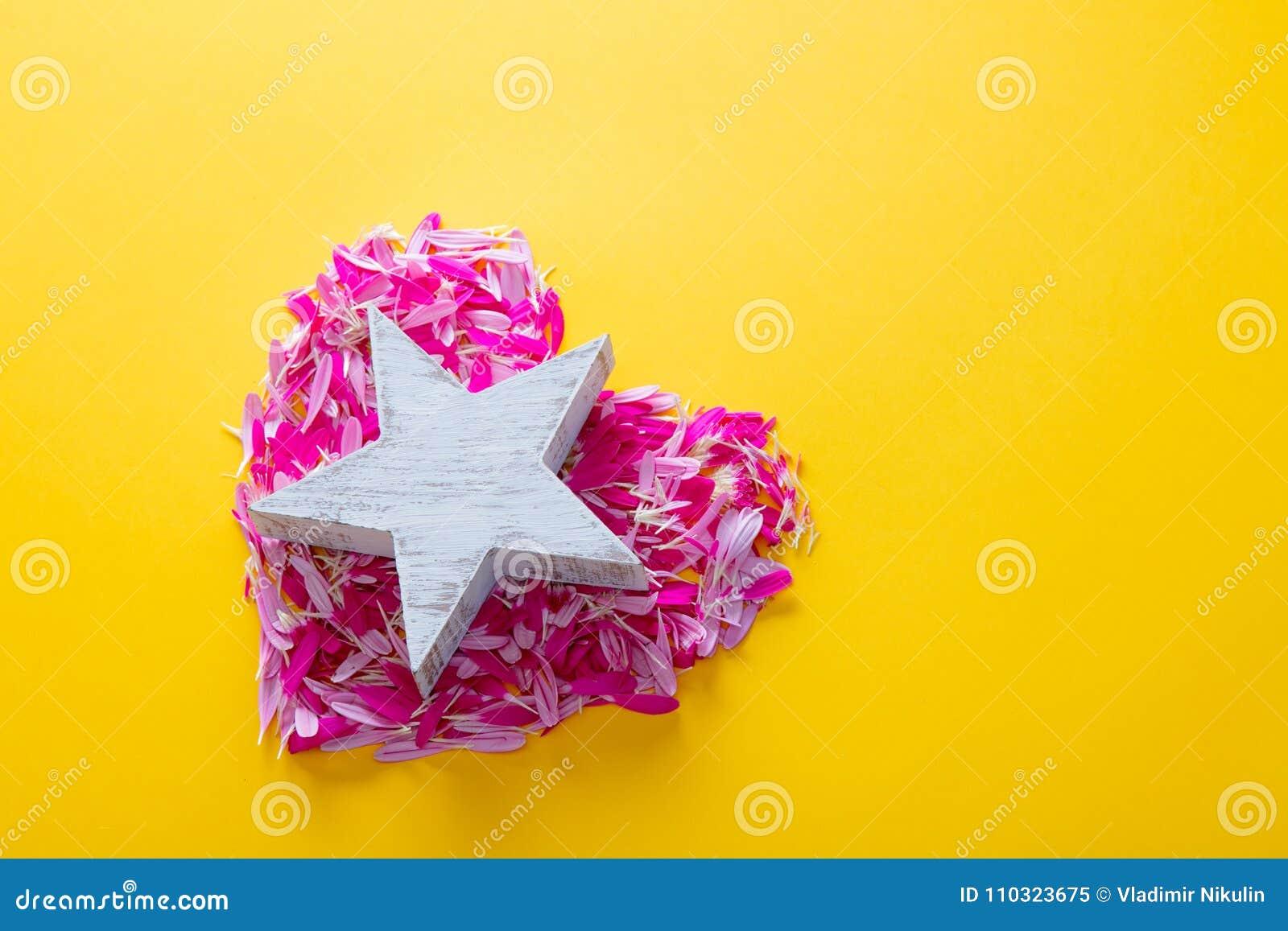 Les Pétales Roses Et Pourpres De Fleur Au Coeur Forment Avec L