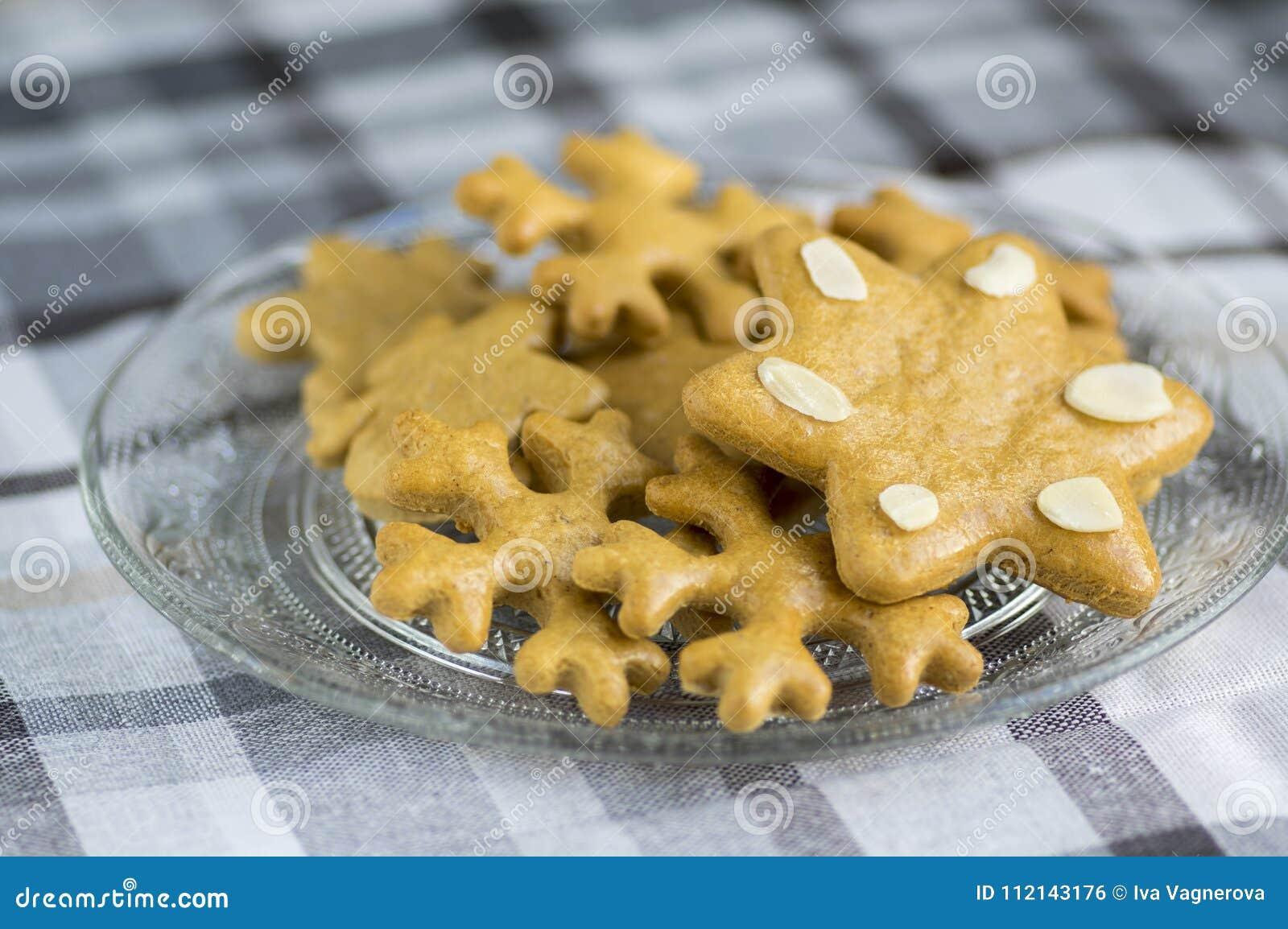 Les pains d épice, les flocons de neige de Noël et l étoile tchèques savoureux traditionnels de la glace sur le gris ont quadrill