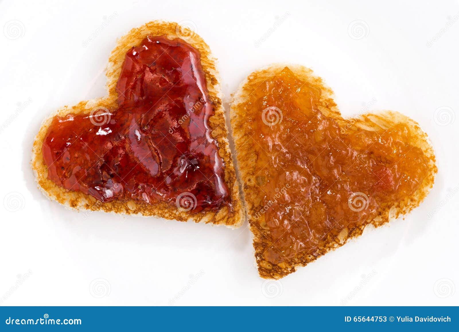 Les pains grillés dans la forme de coeur avec le fruit bloquent, plan rapproché