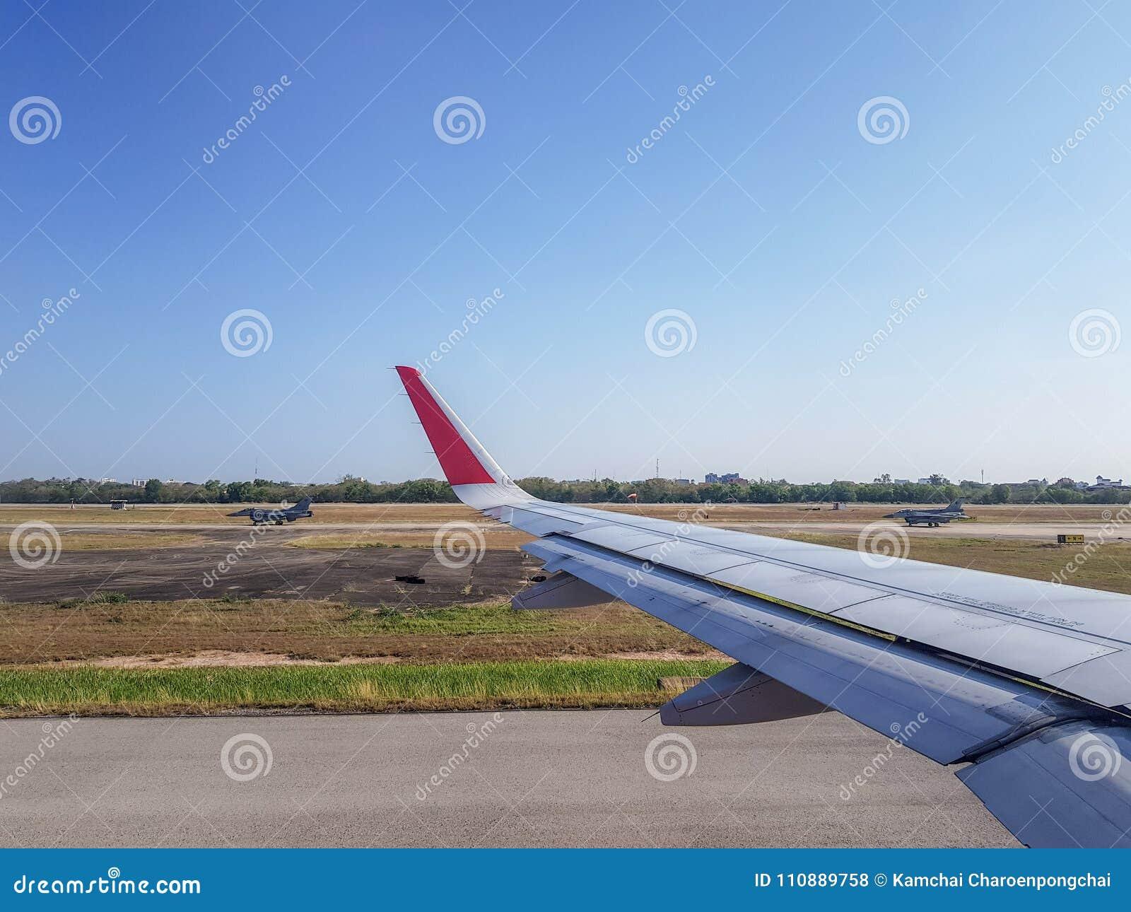 Les paires de la course d avions de chasse de l Armée de l Air passent l avion commercial dans l aérodrome