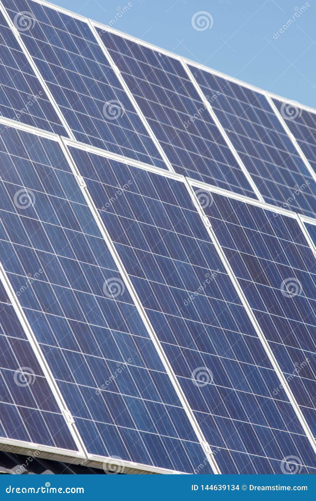 Les panneaux solaires absorbent le soleil