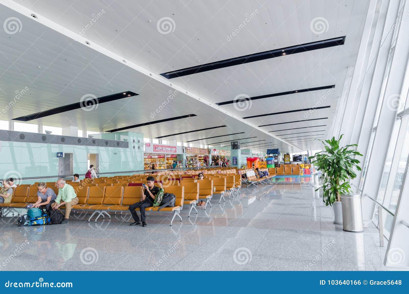 les passagers mettent en bote vu attendant leur vol dans noi bai international airport vietnam