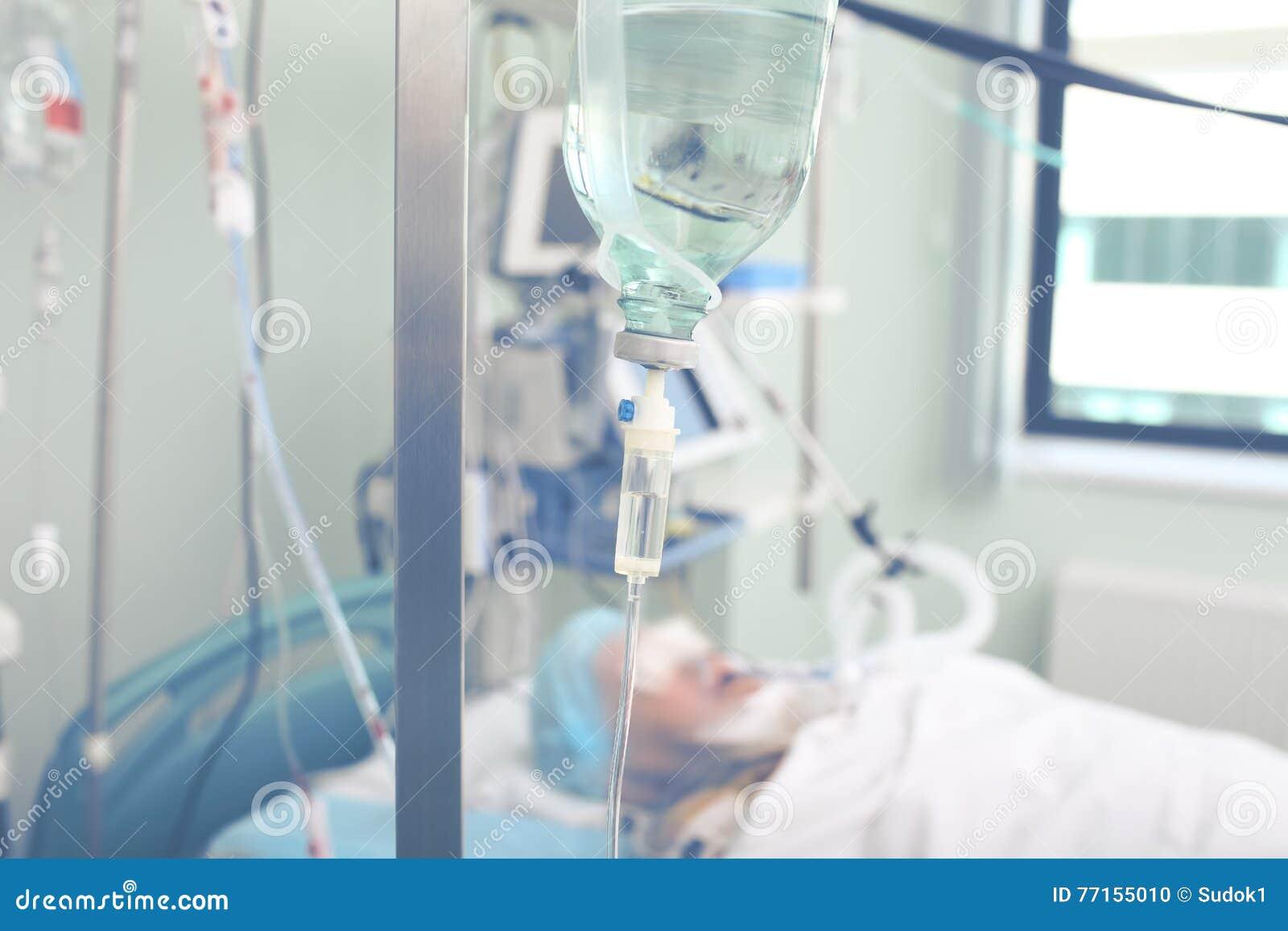 Les patients en critique malades sur l iv s égouttent dans la salle