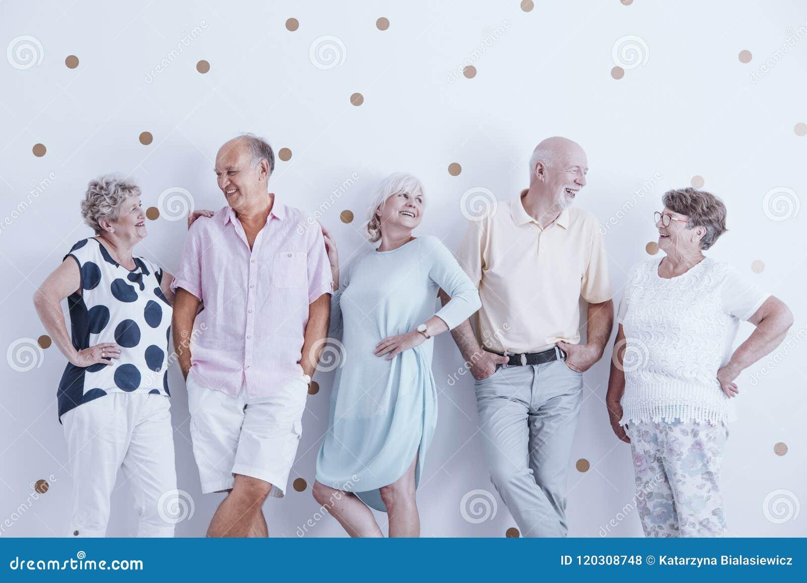 Les personnes âgées de sourire enthousiastes