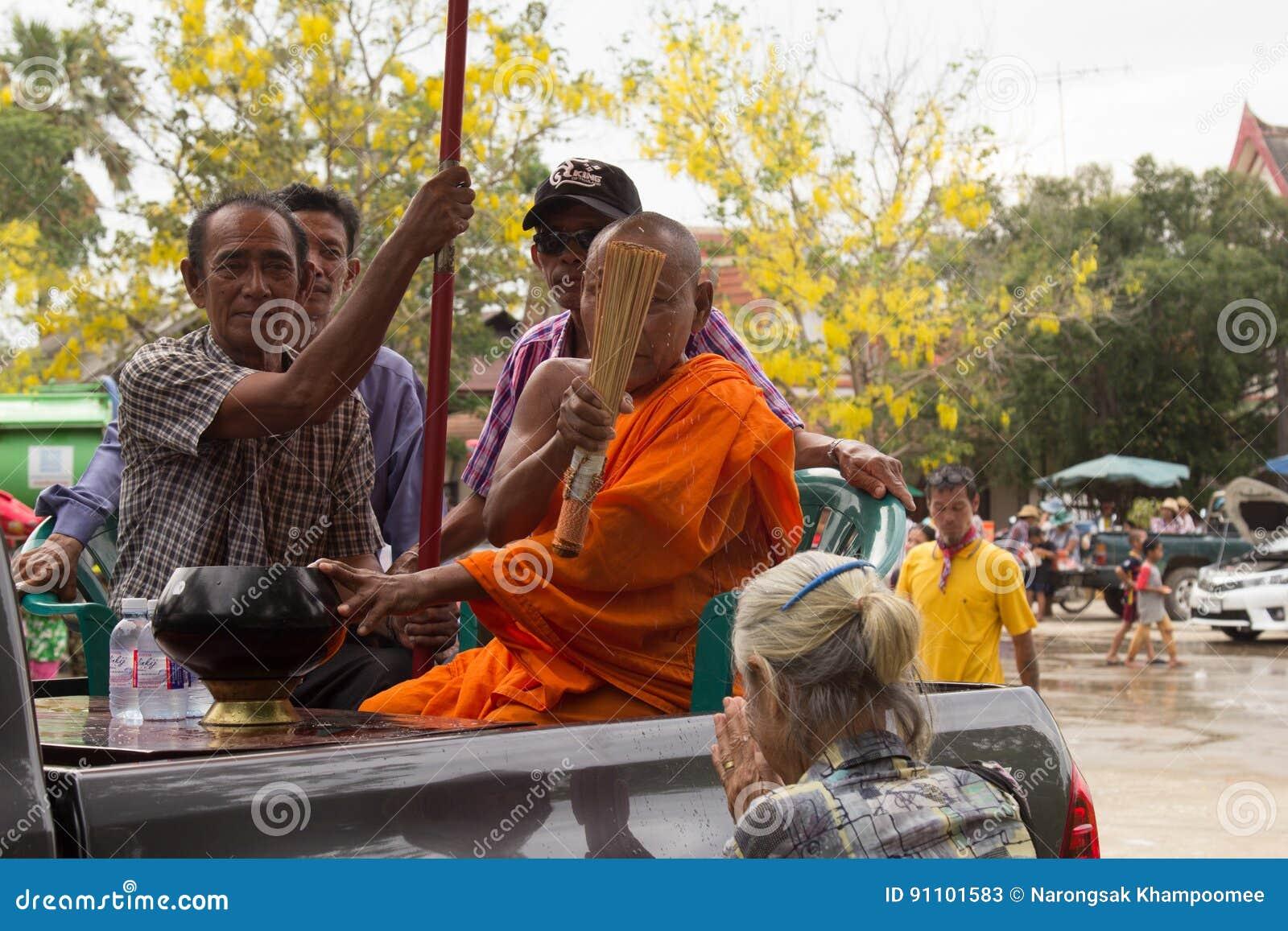 Les personnes âgées thaïlandaises célèbrent le festival de Songkran ou la nouvelle année thaïlandaise