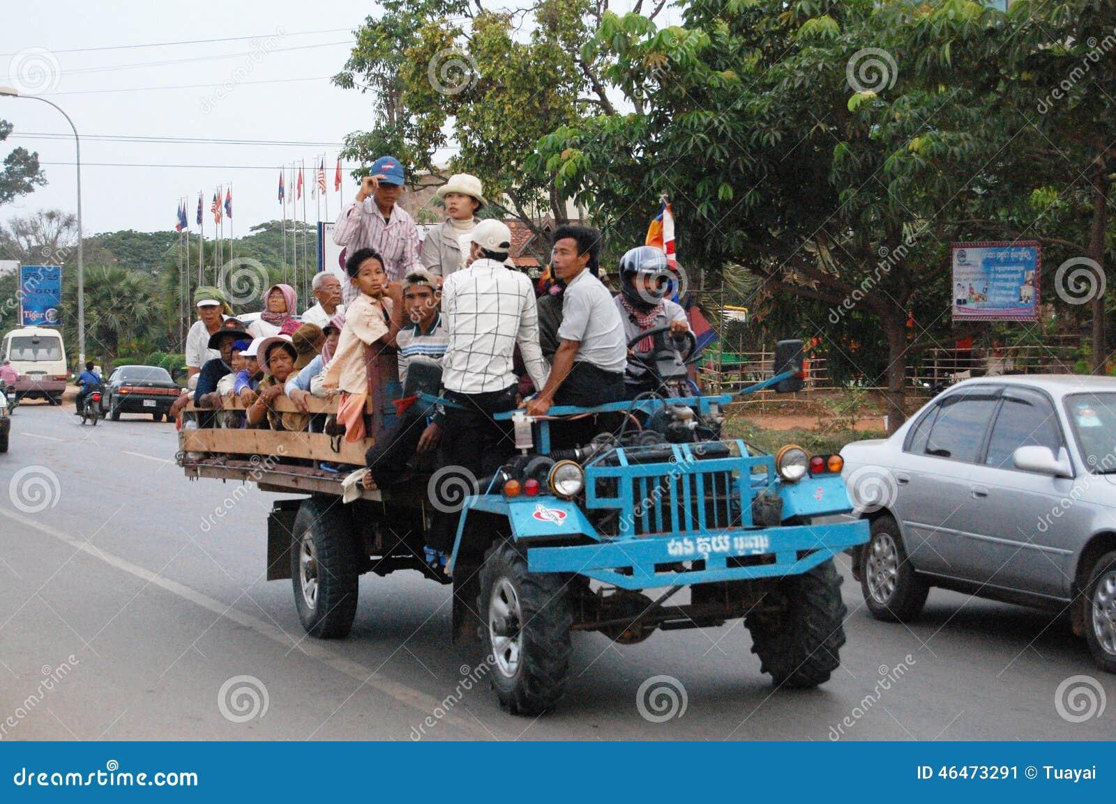 Les personnes cambodgiennes sur le tracteur ou le chariot pour vont au lieu de travail