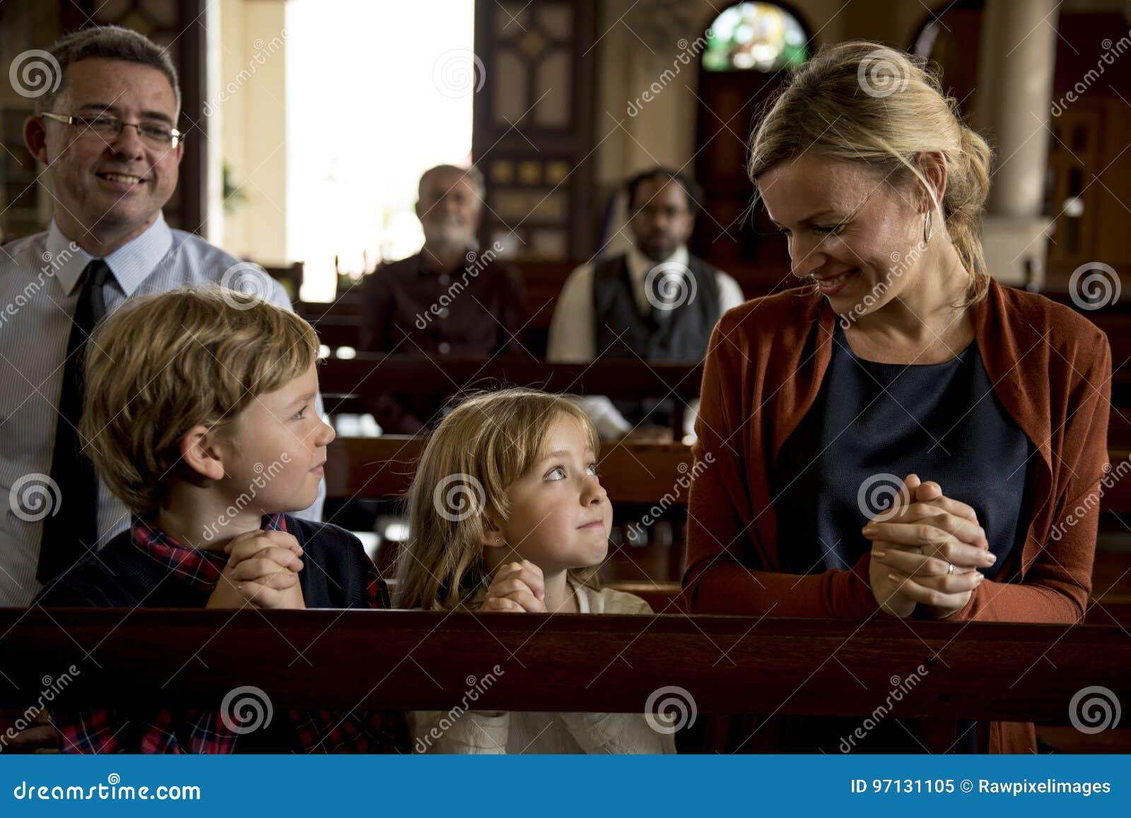 Les personnes d église croient la foi religieuse