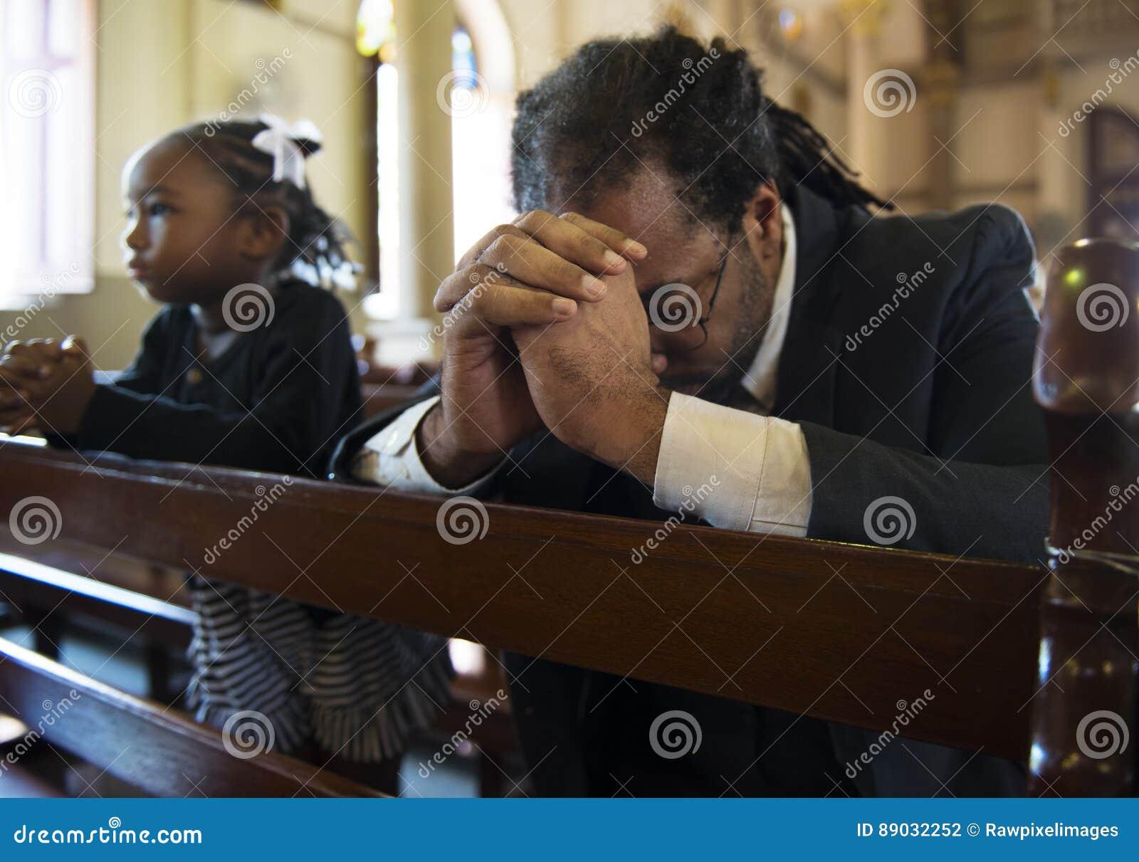 Les personnes d église croient le concept religieux de confession de foi