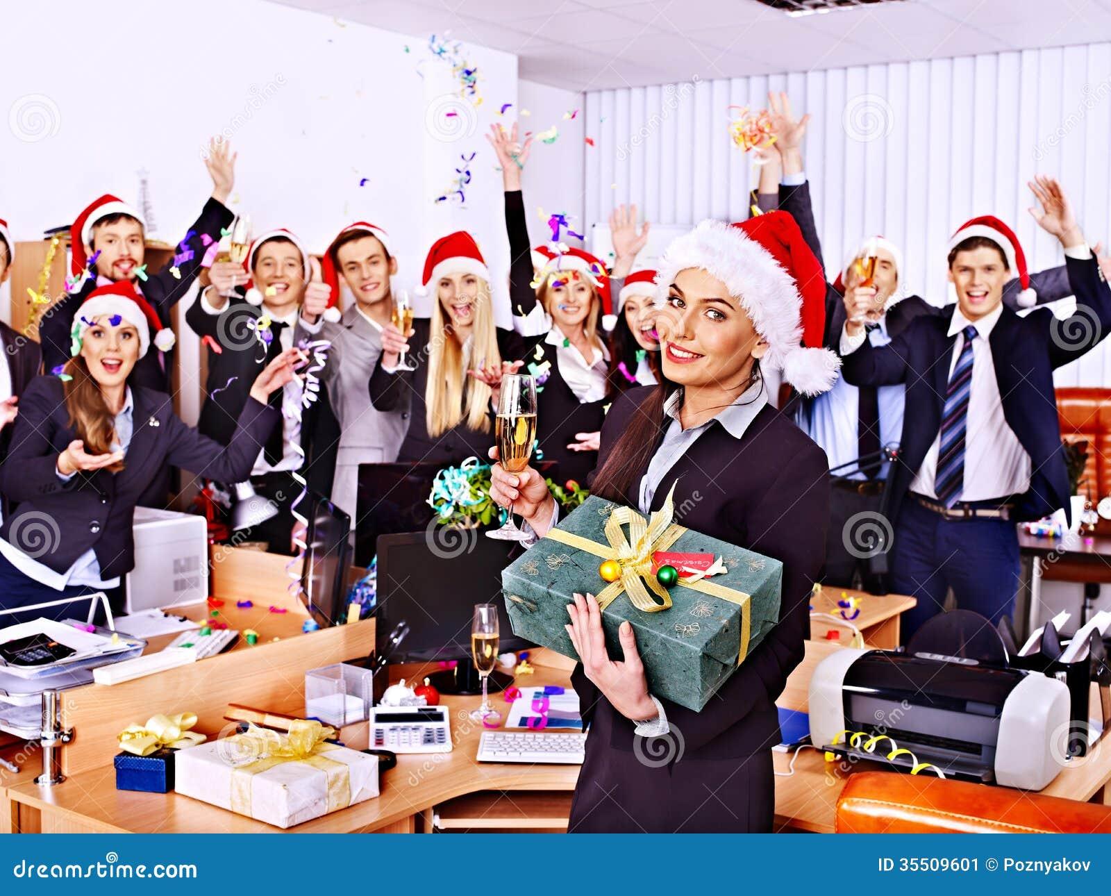 Les personnes de groupe d affaires dans le chapeau de Santa à Noël font la fête.
