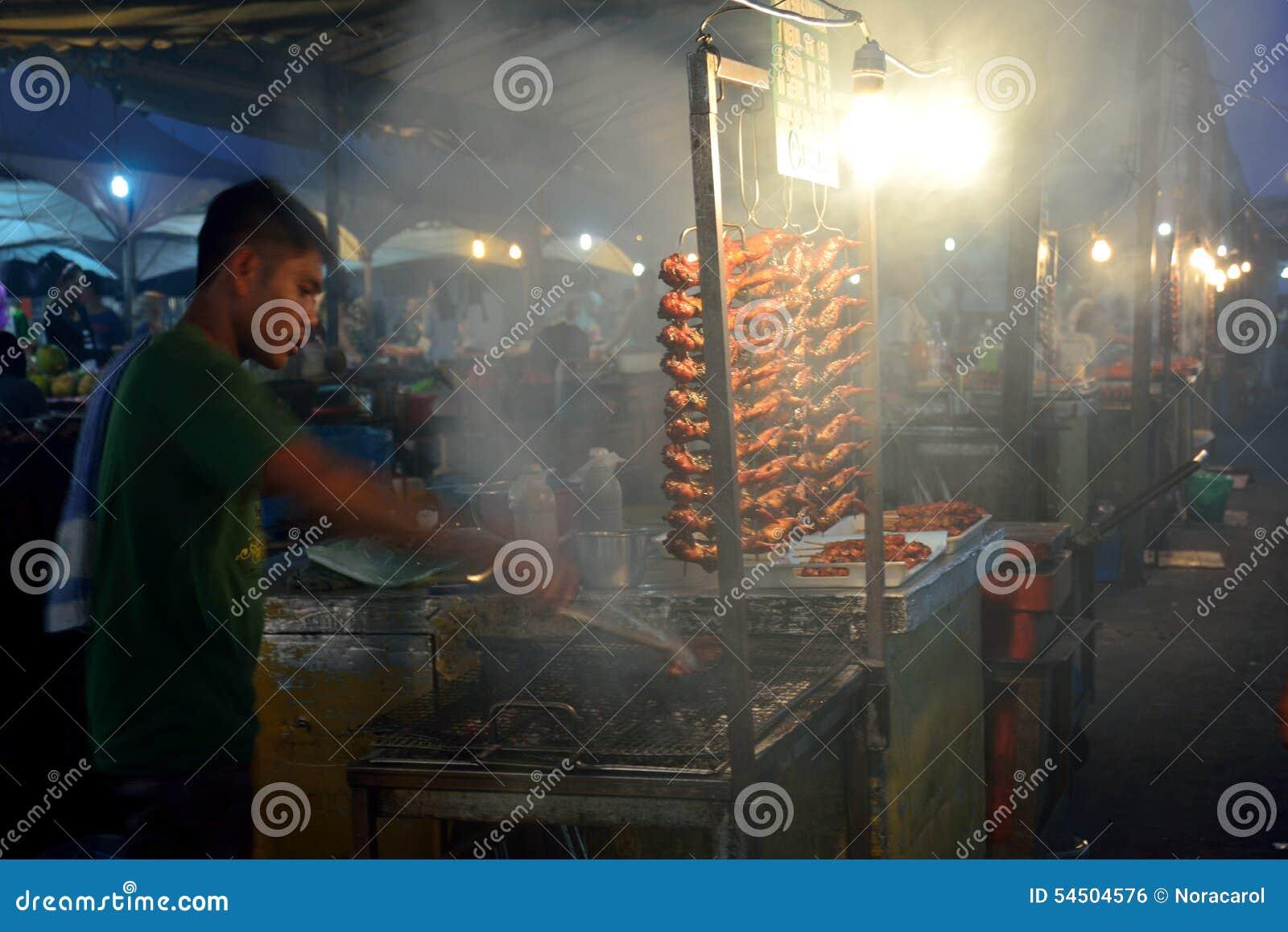 Les personnes locales vendent le barbecue ou le poulet grillé sur le marché de nuit de Kota Kinabalu