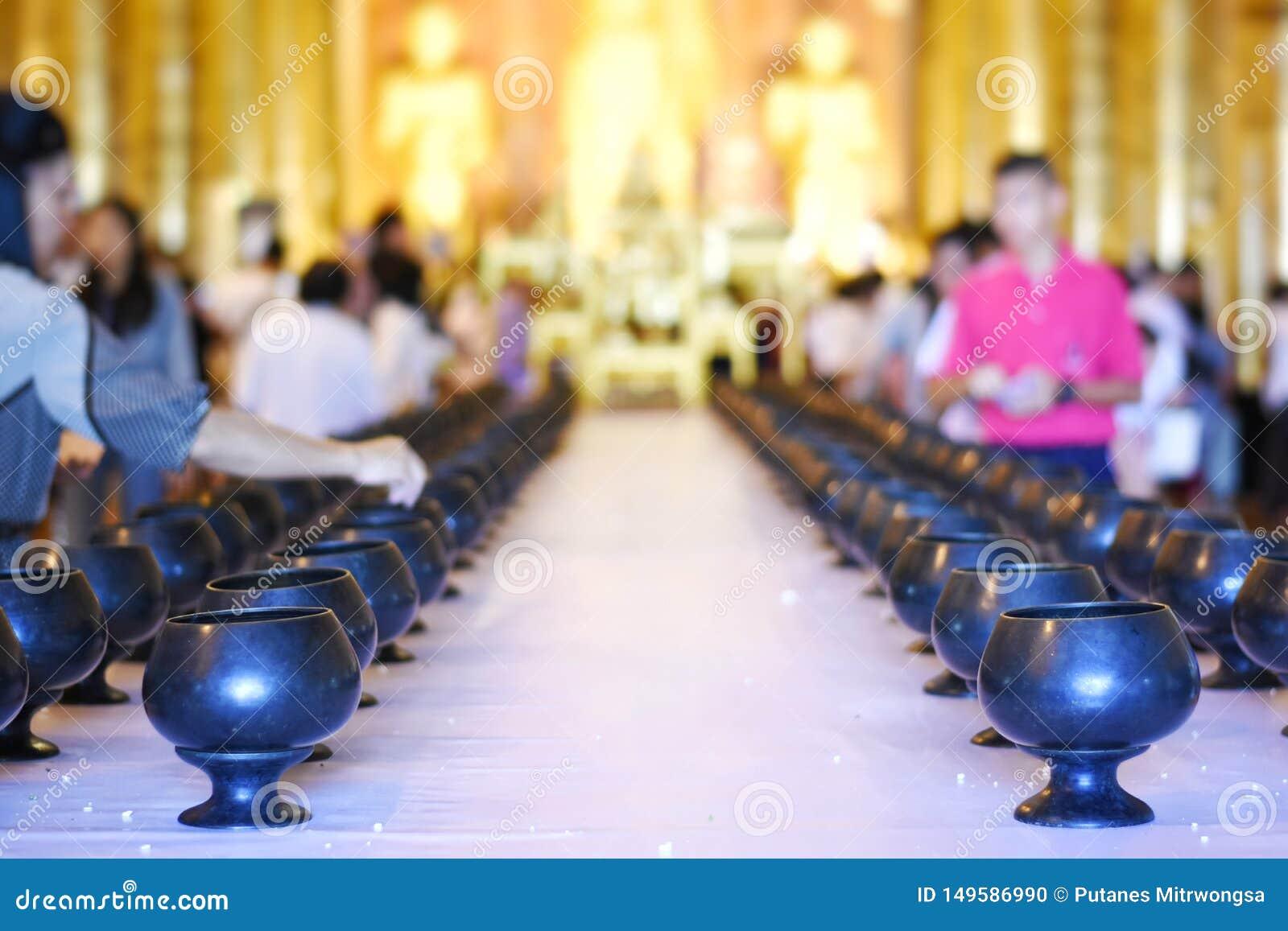 Les personnes thaïlandaises ont fait le mérite dans le bâtiment d un temple pour le concept de cérémonie de bouddhisme d illustra