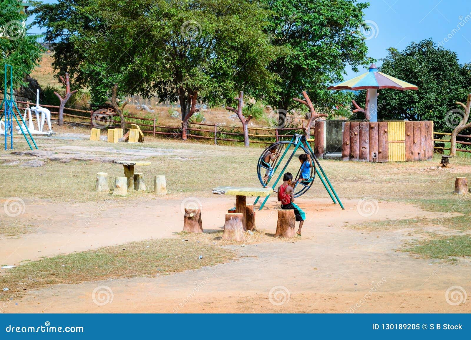 Les petits garçons locaux non identifiés jouent en parc de village