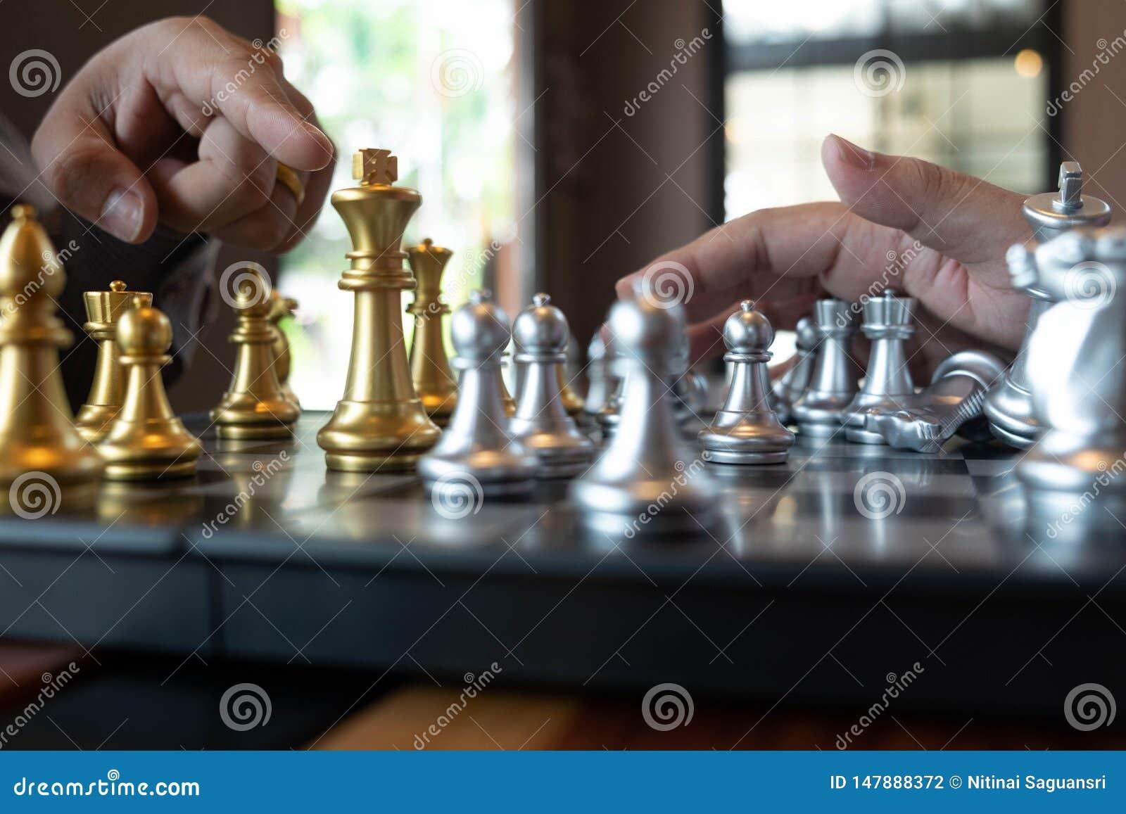 Les photos en gros plan des mains d ?chec et mat sur un ?chiquier pendant un jeu d ?checs le concept de la strat?gie de victoire